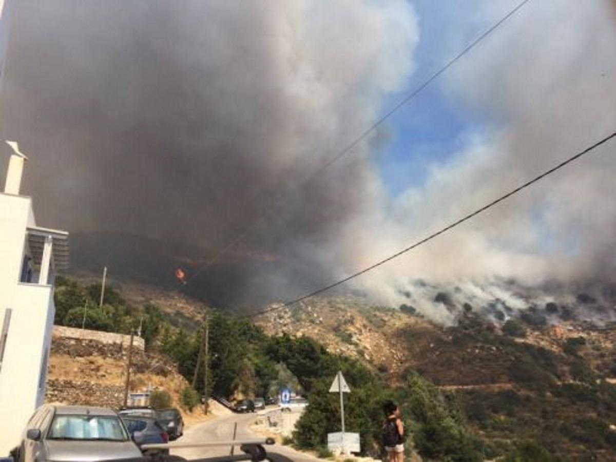 Φωτιά στη Νάξο: Ενισχύθηκε η δύναμη της Πυροσβεστικής – Εκκενώθηκε χωριό