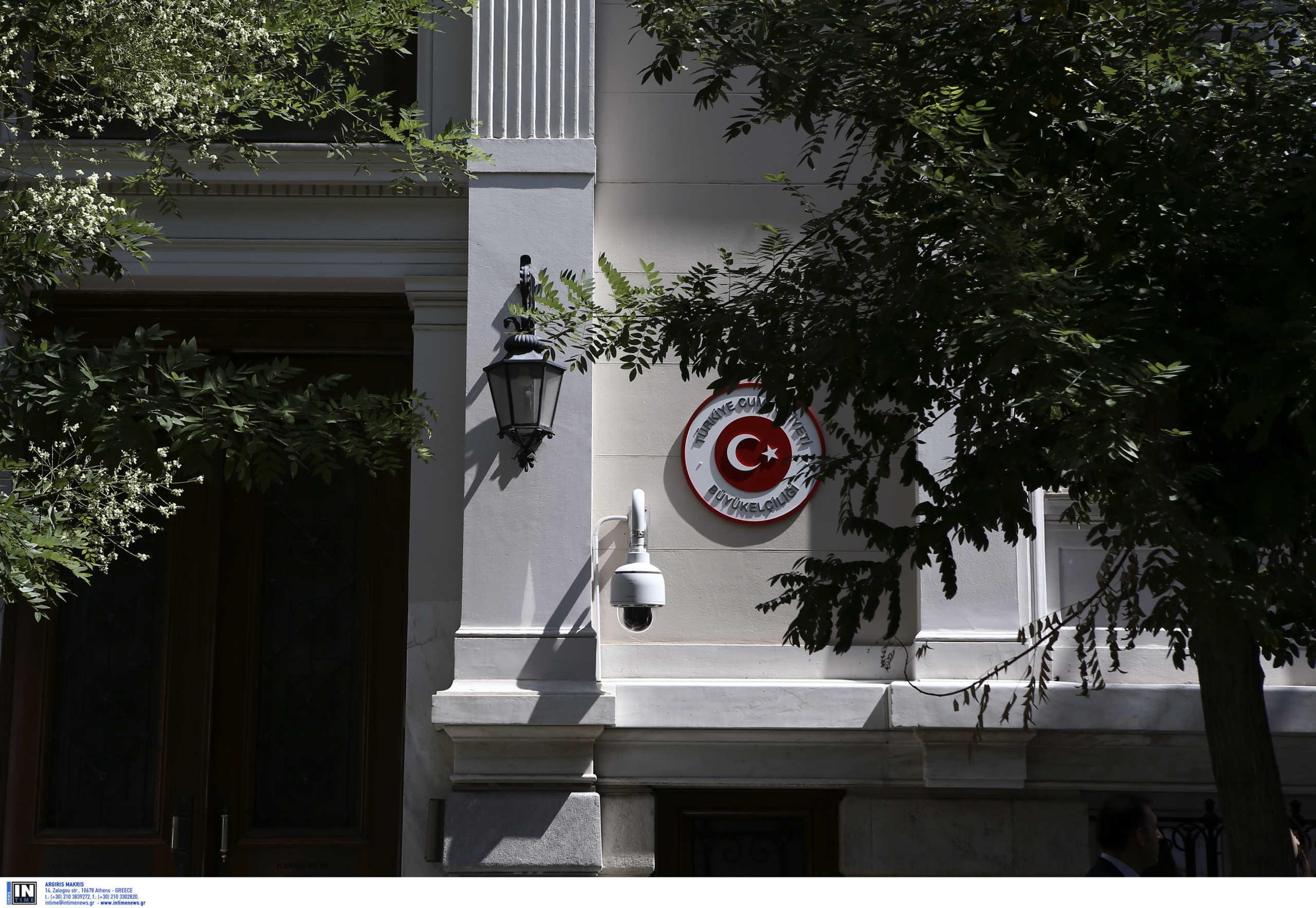 Μπογιές και τρικάκια στην τουρκική πρεσβεία