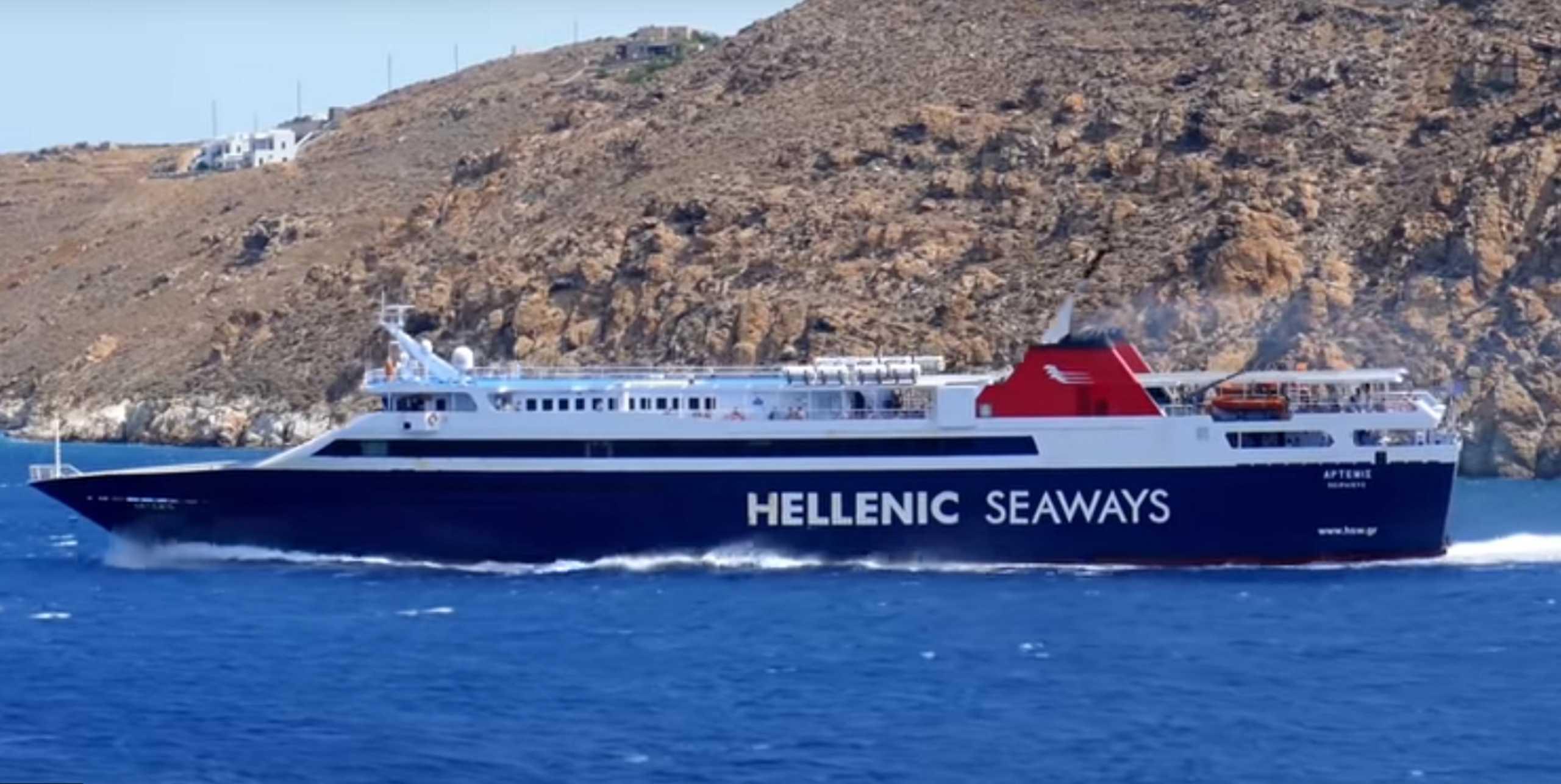 Σέριφος: Η… κόντρα δύο πλοίων για το ποιο θα δέσει πρώτο στο λιμάνι (Βίντεο)