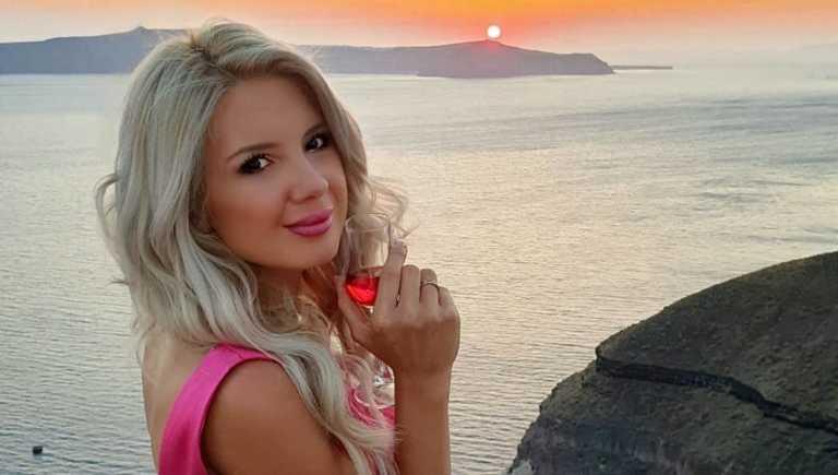Σοφία Μαριόλα: Ποζάρει topless με φόντο τη μαγευτική Σαντορίνη και εντυπωσιάζει με τις αναλογίες της