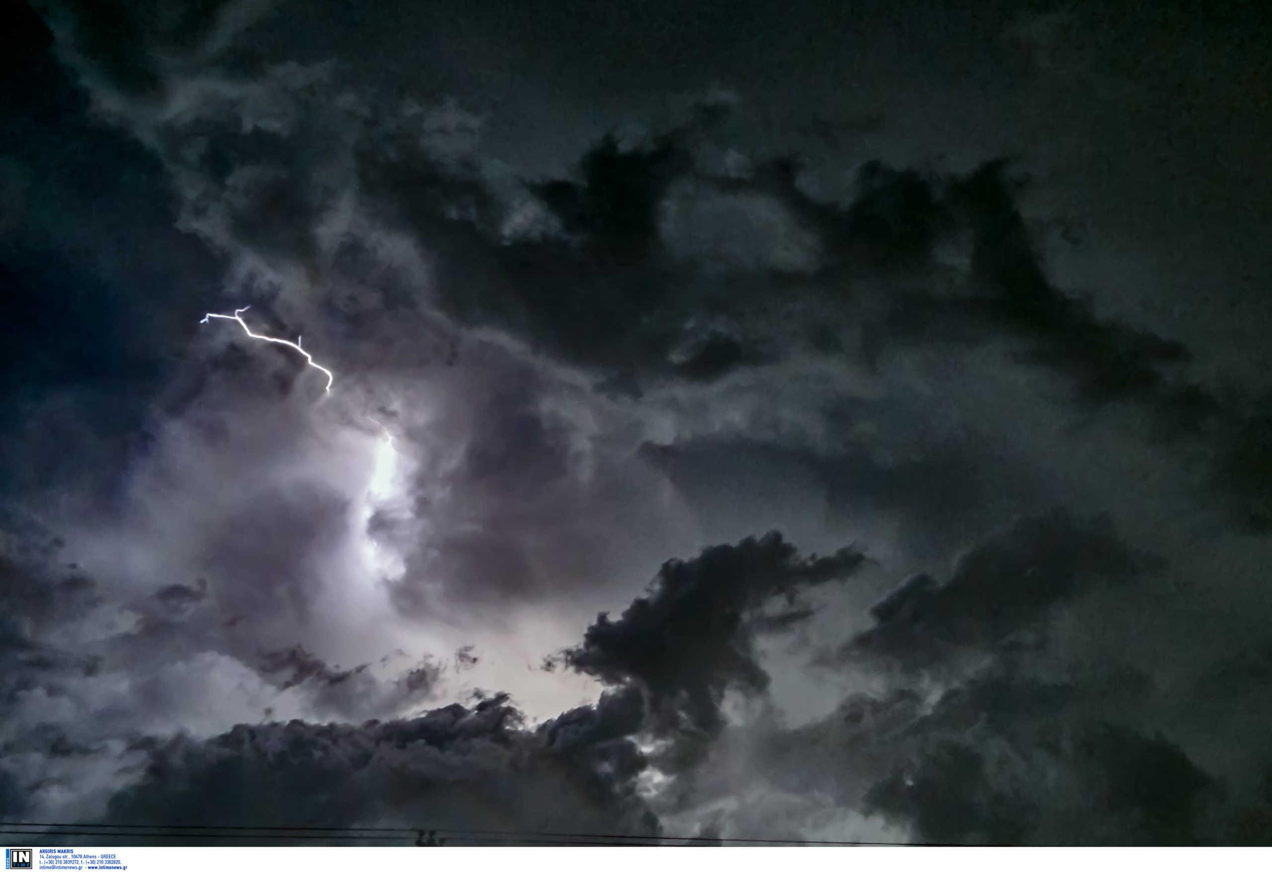 """Καιρός: Η """"Θάλεια"""" σαρώνει στο πέρασμά της με κεραυνούς και καταιγίδες – Που θα χτυπήσει τις επόμενες ώρες"""