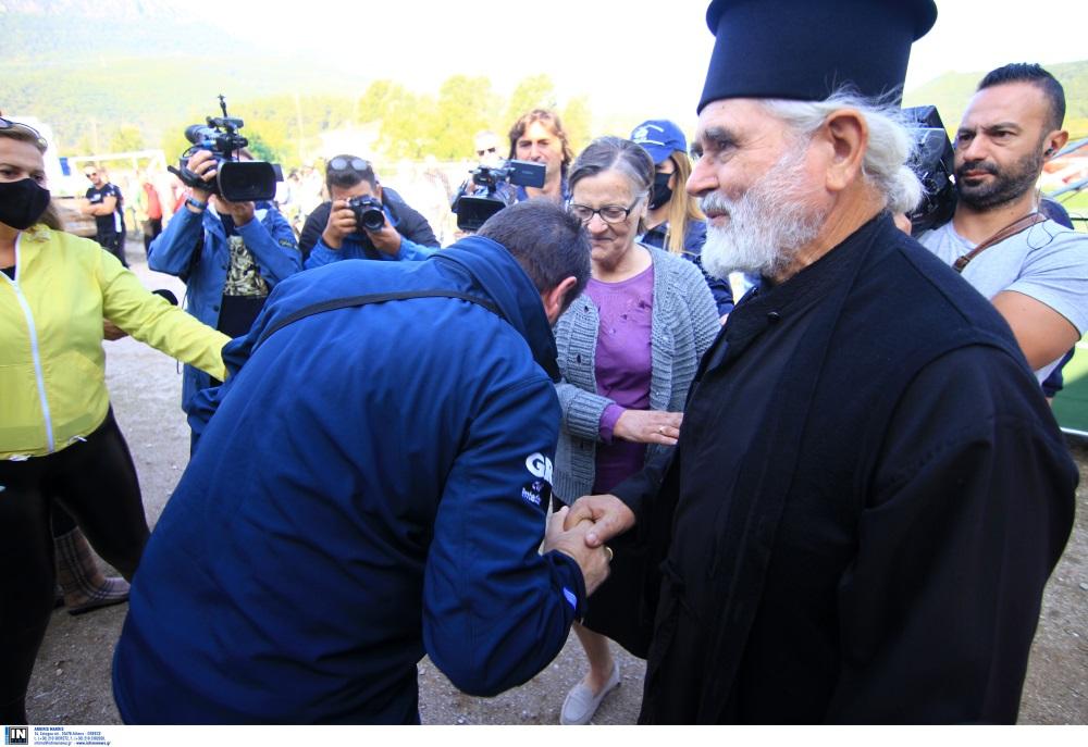 """""""Συγχαίρω τον Υπουργό γιατί φίλησε το χέρι ιερέα"""" – Τι λέει ο παπάς για τη συνάντησή του με τον Νίκο Χαρδαλιά"""