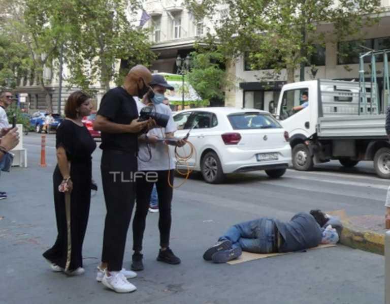 Δημήτρης Σκουλός: Χαμός στο facebook για την φωτογραφία με τον άστεγο