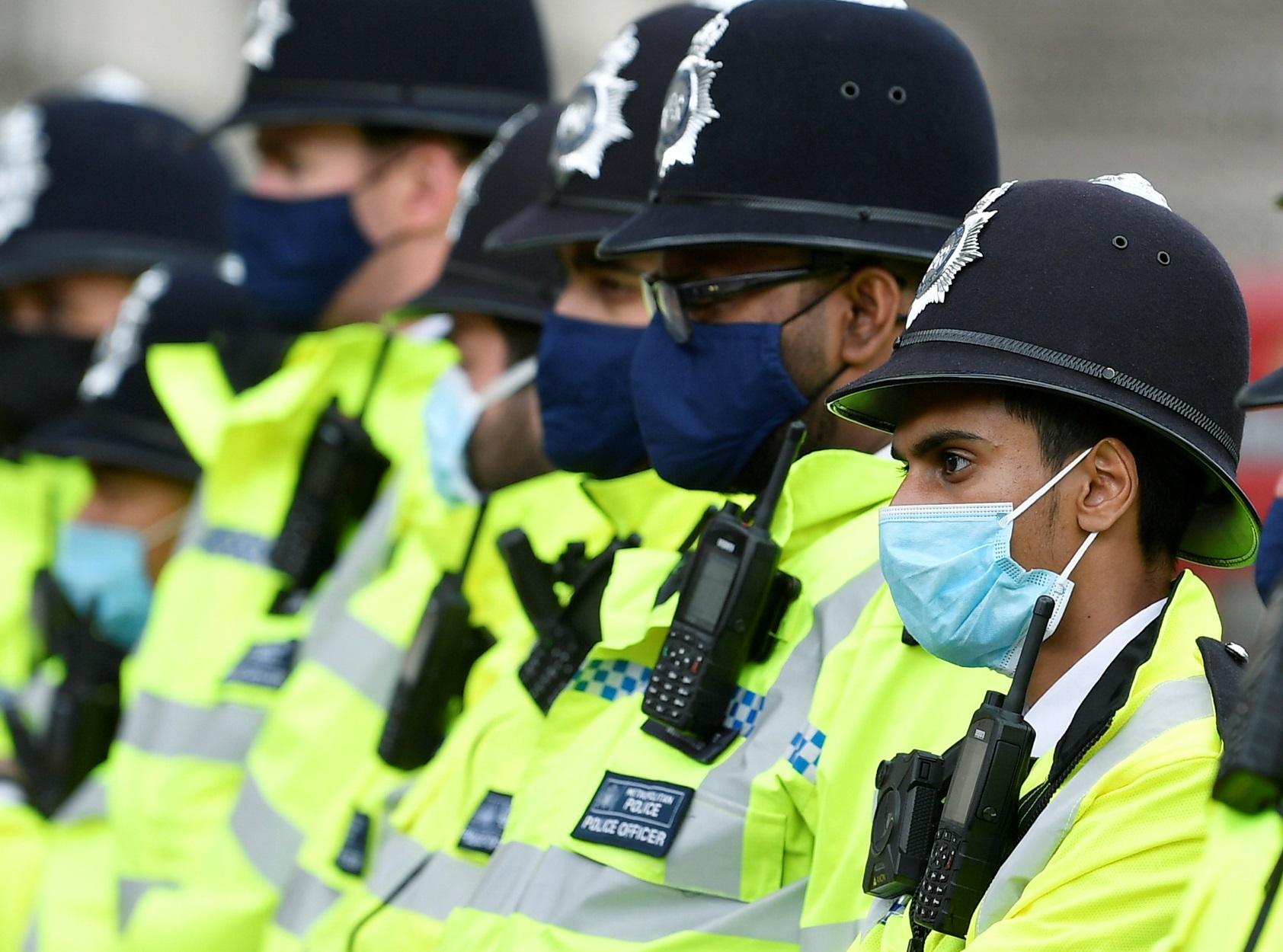Βρετανία: Ούτε ένας, ούτε δύο, αλλά 31 αστυνομικοί έσπασαν το lockdown για να κουρευτούν