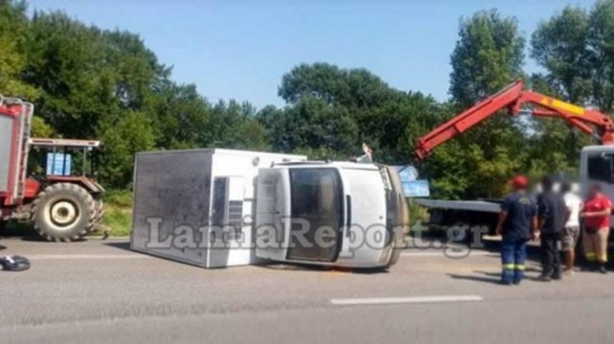 Στερεά Ελλάδα: Ανατροπή φορτηγού που συγκρούστηκε με ΙΧ