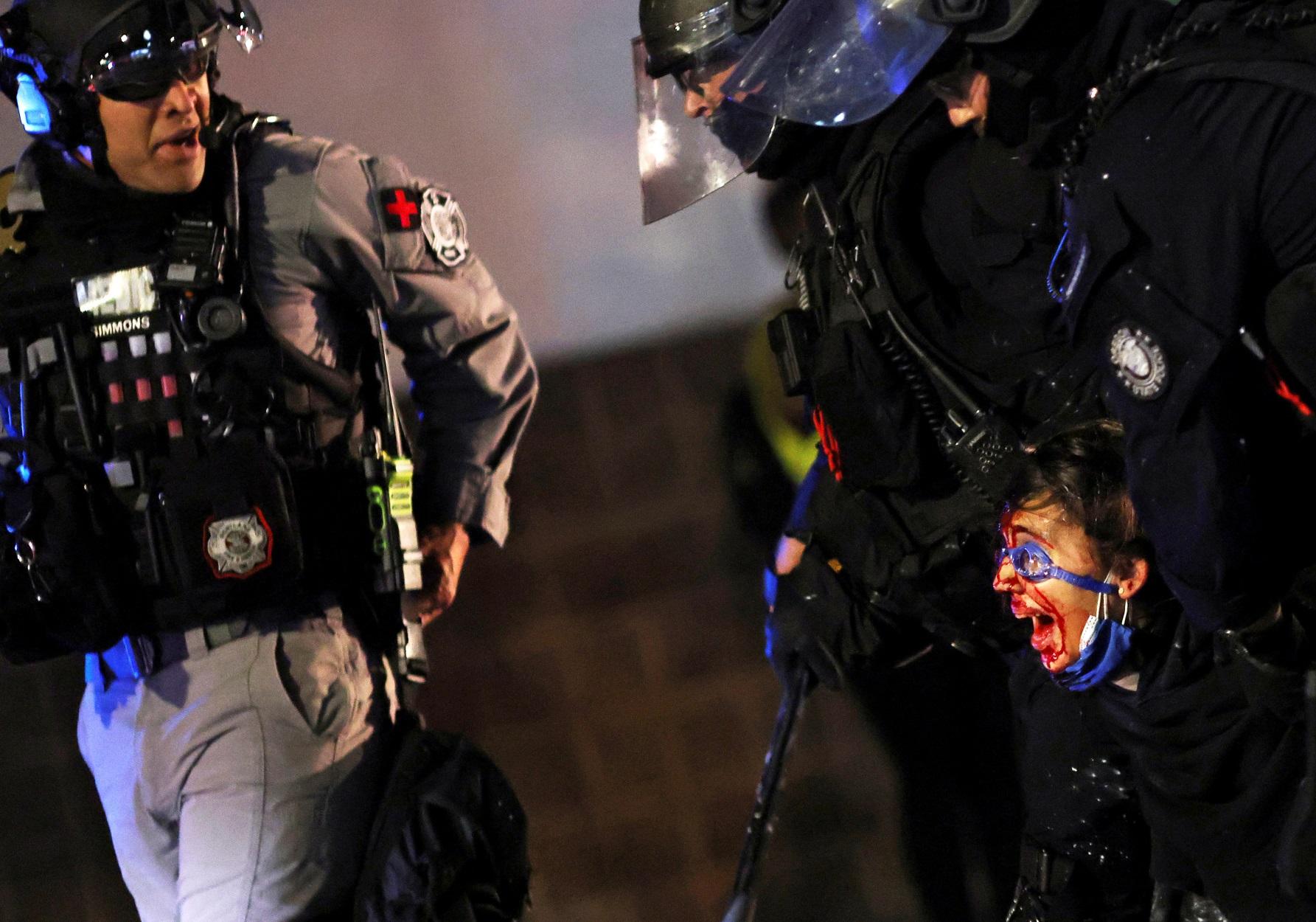 Πόρτλαντ: Εκτός ελέγχου – Μπαράζ συλλήψεων σε διαδηλώσεις κατά του ρατσισμού (pics, video)