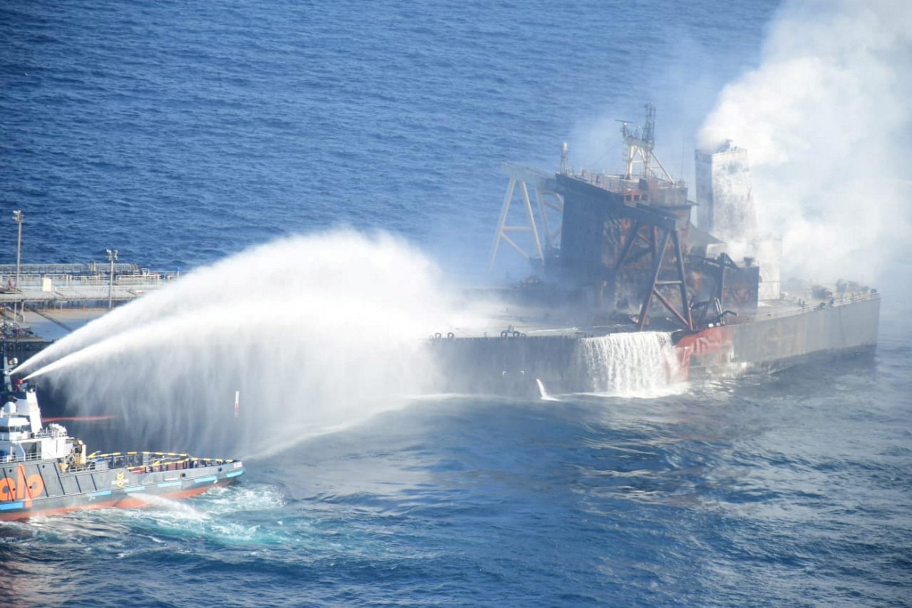 Σρι Λάνκα: Κατασβέστηκε η φωτιά στο σούπερ πετρελαιοφόρο – 5  Έλληνες στο πλήρωμα (pics, video)