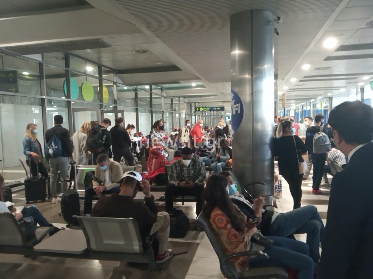 Καταγγελία αναγνώστη για συνωστισμό στο αεροδρόμιο Μακεδονία (pics)