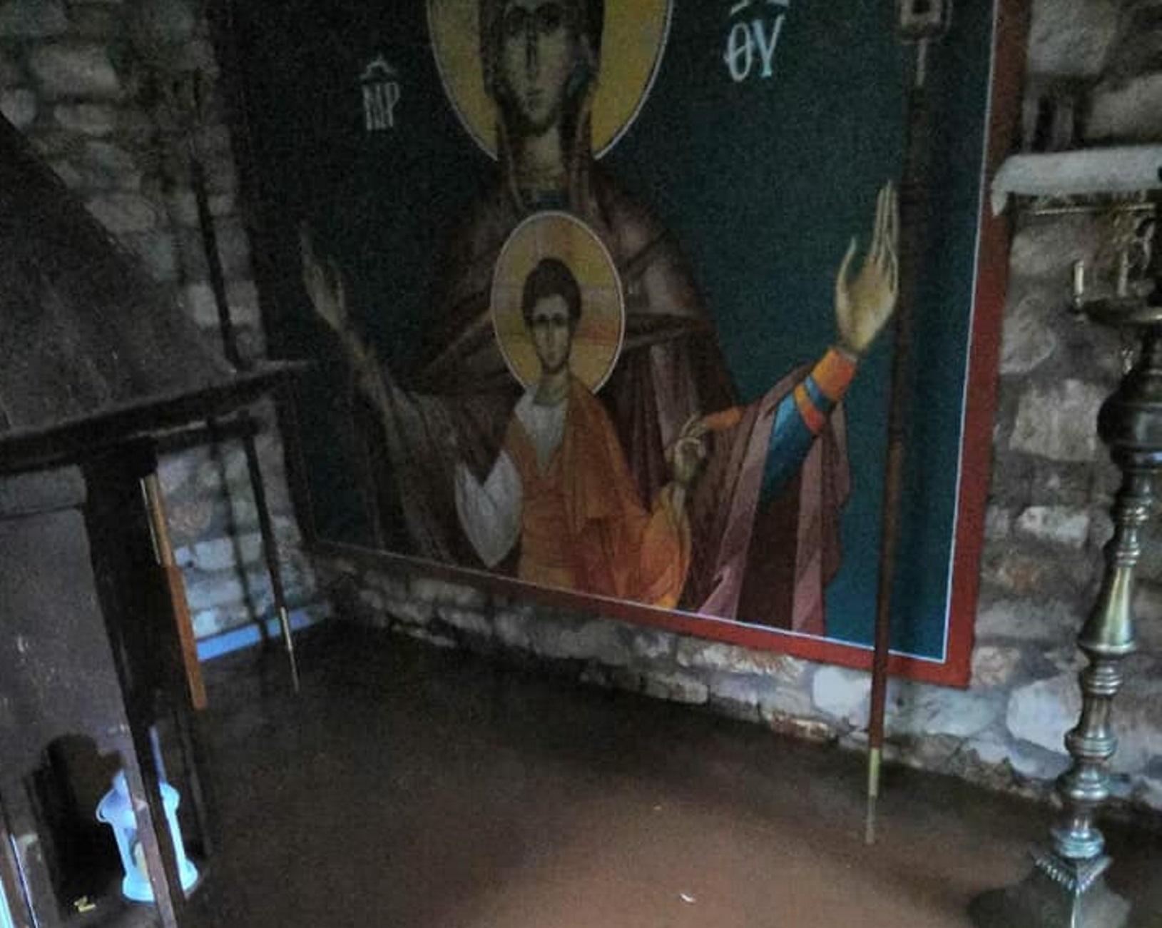 Αγρίνιο: Λίγα λεπτά βροχής έφεραν αυτές τις εικόνες! Διαλύθηκαν δρόμοι και πλαγιές (Φωτό και Βίντεο)