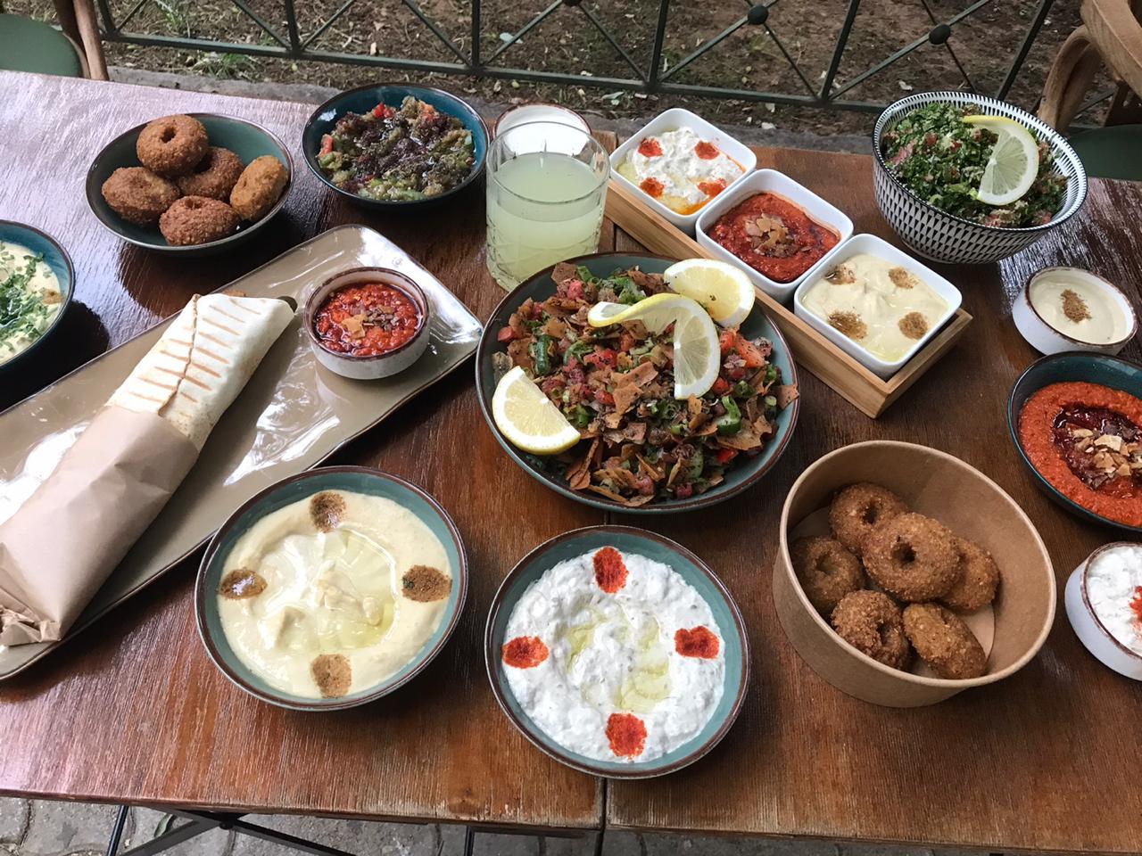 Πρόσφυγες επανασυστήνουν στο κοινό της Αθήνας την αυθεντική ανατολίτικη κουζίνα