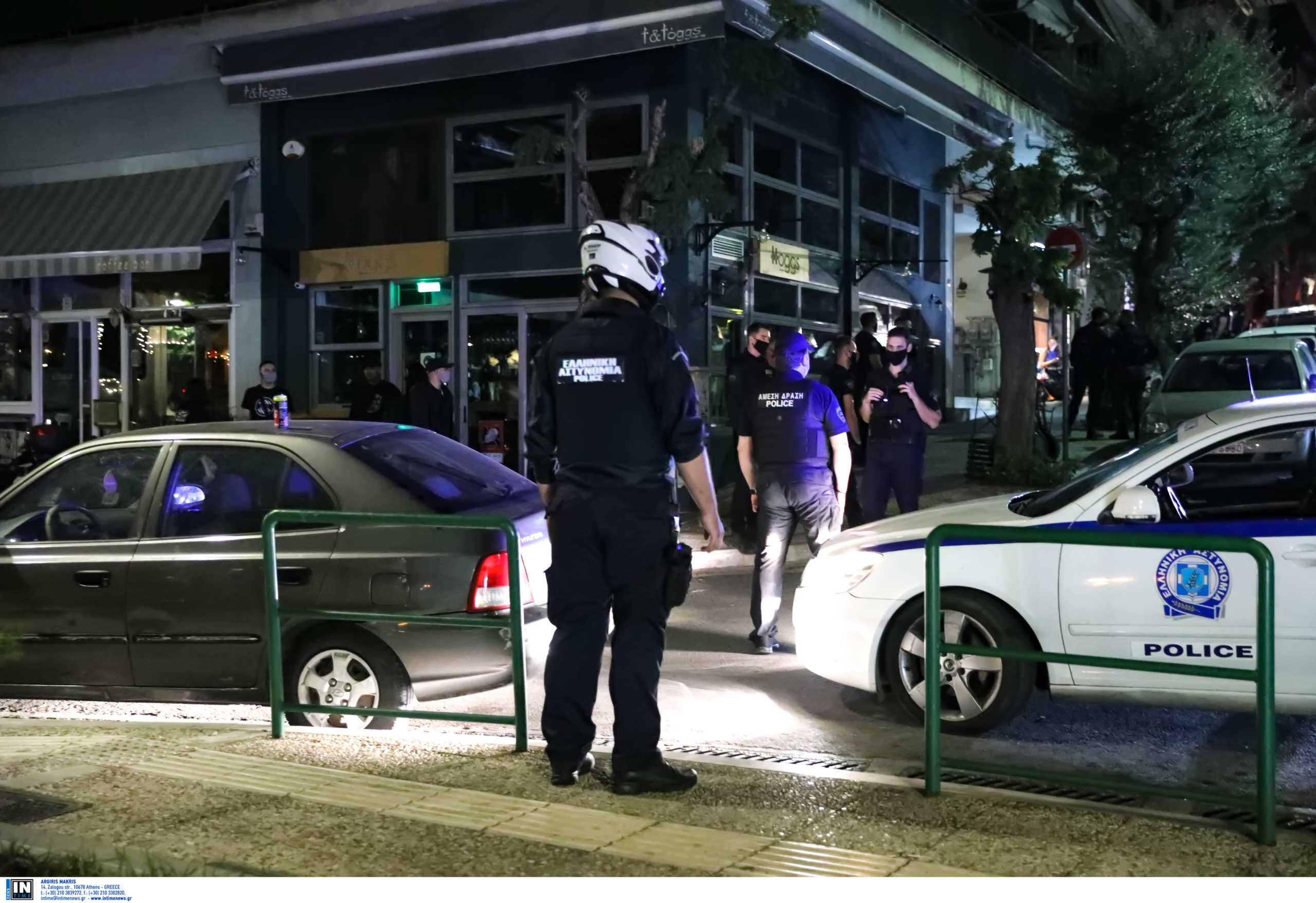 Lockdown στις πλατείες: «Γέμισε» αστυνομία, άδειασε από κόσμο η πλατεία Βαρνάβα (pics, vid)