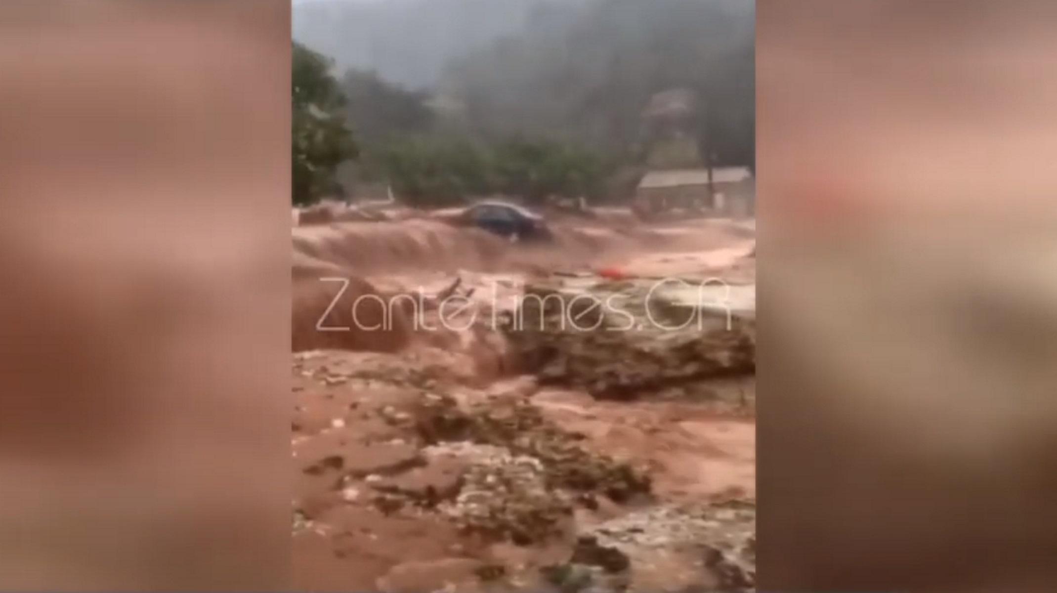 Βίντεο σοκ στην Κεφαλονιά: Αυτοκίνητο παρασύρεται από χείμαρρο και θάβεται στα λασπόνερα