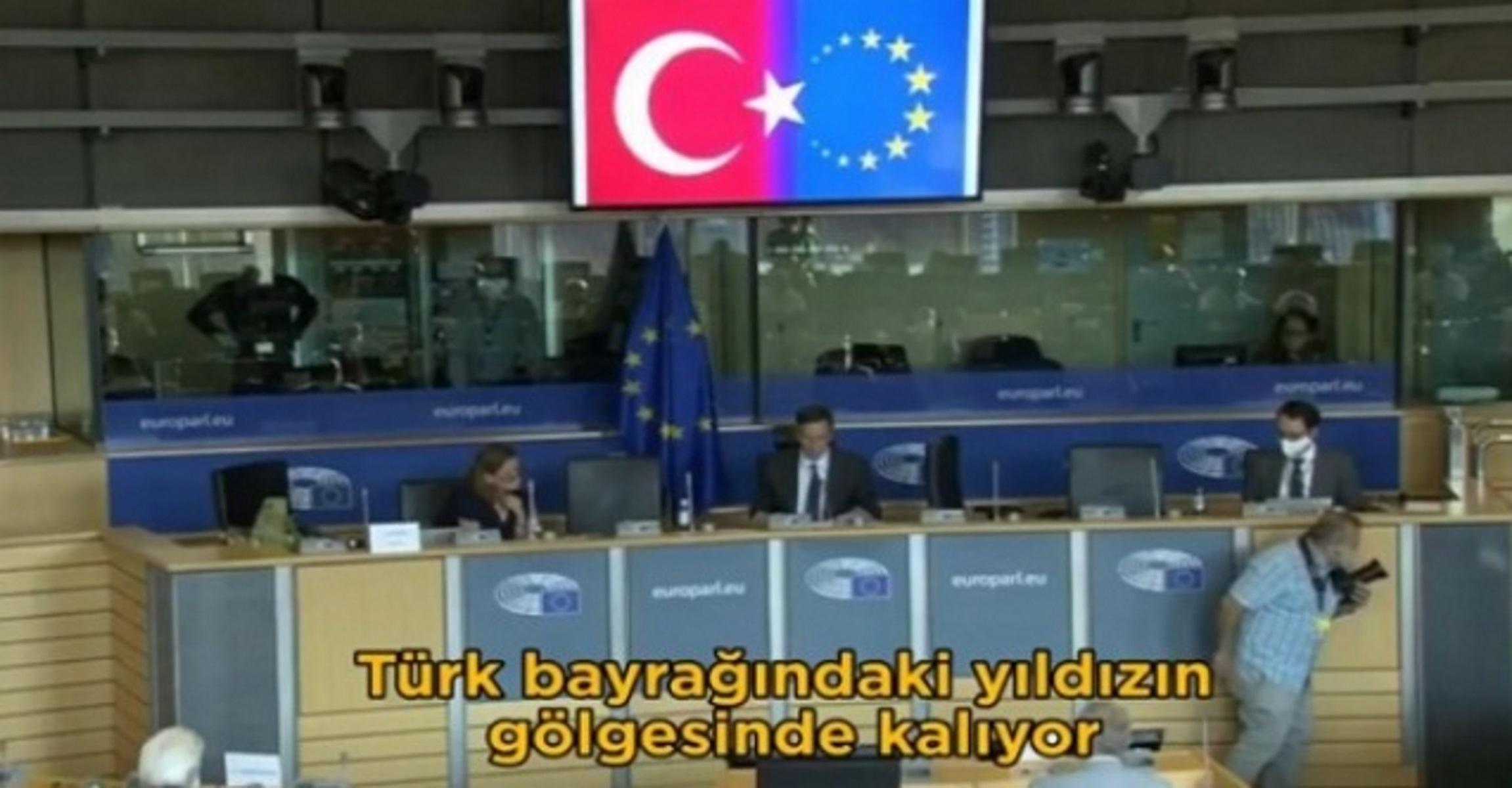 Νέα ένταση Τουρκίας – Ευρώπης: Ο Τσαβούσογλου εμφάνισε τη σημαία της ΕΕ ως… ημισέληνο (video)