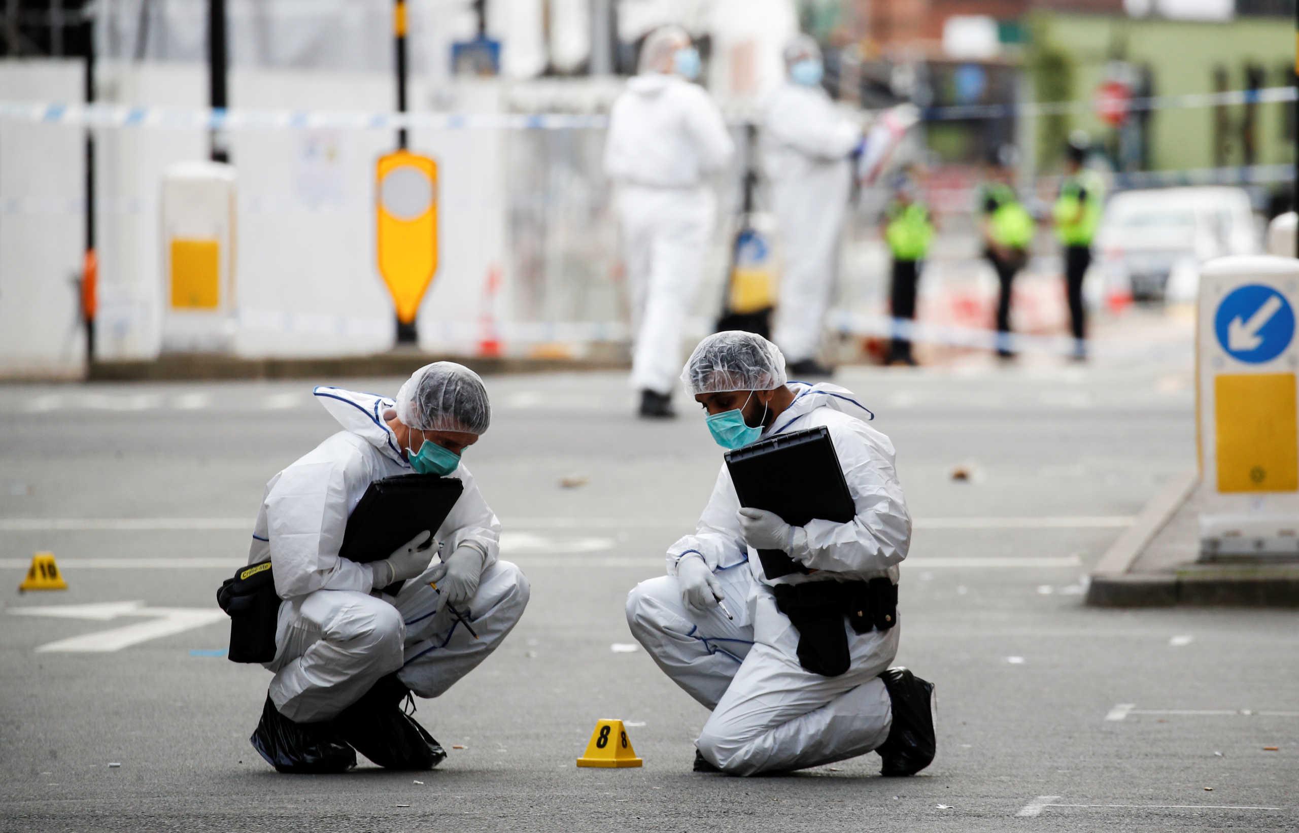 Οργή στη Βρετανία για 27χρονο που αλώνιζε με ένα μαχαίρι και σκόρπισε τον θάνατο