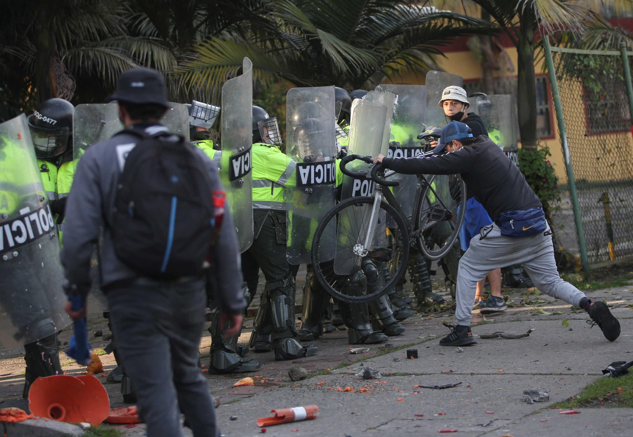 Βίντεο σοκ: Περίπτωση Φλόιντ στην Κολομβία – Πέντε νεκροί στις ταραχές μετά τον θάνατο άνδρα