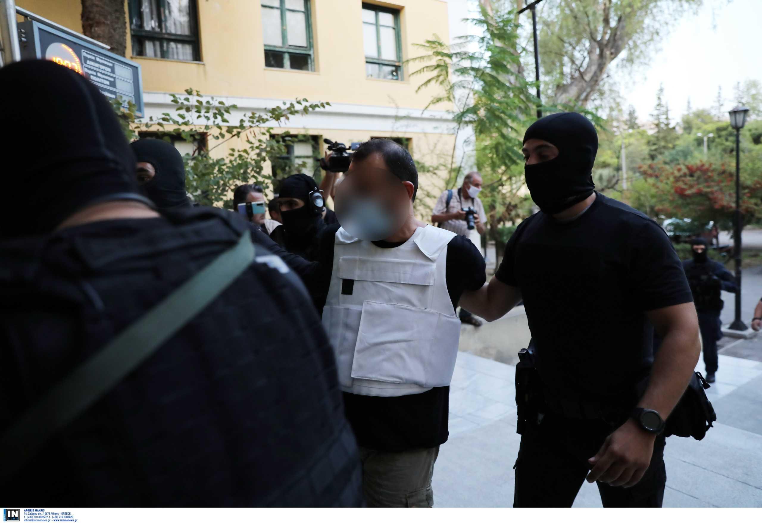 Γιάφκα στο Κουκάκι: Τους… πρόδωσαν τα χαλασμένα υδραυλικά – Οι διώξεις που ασκήθηκαν στους τρεις συλληφθέντες