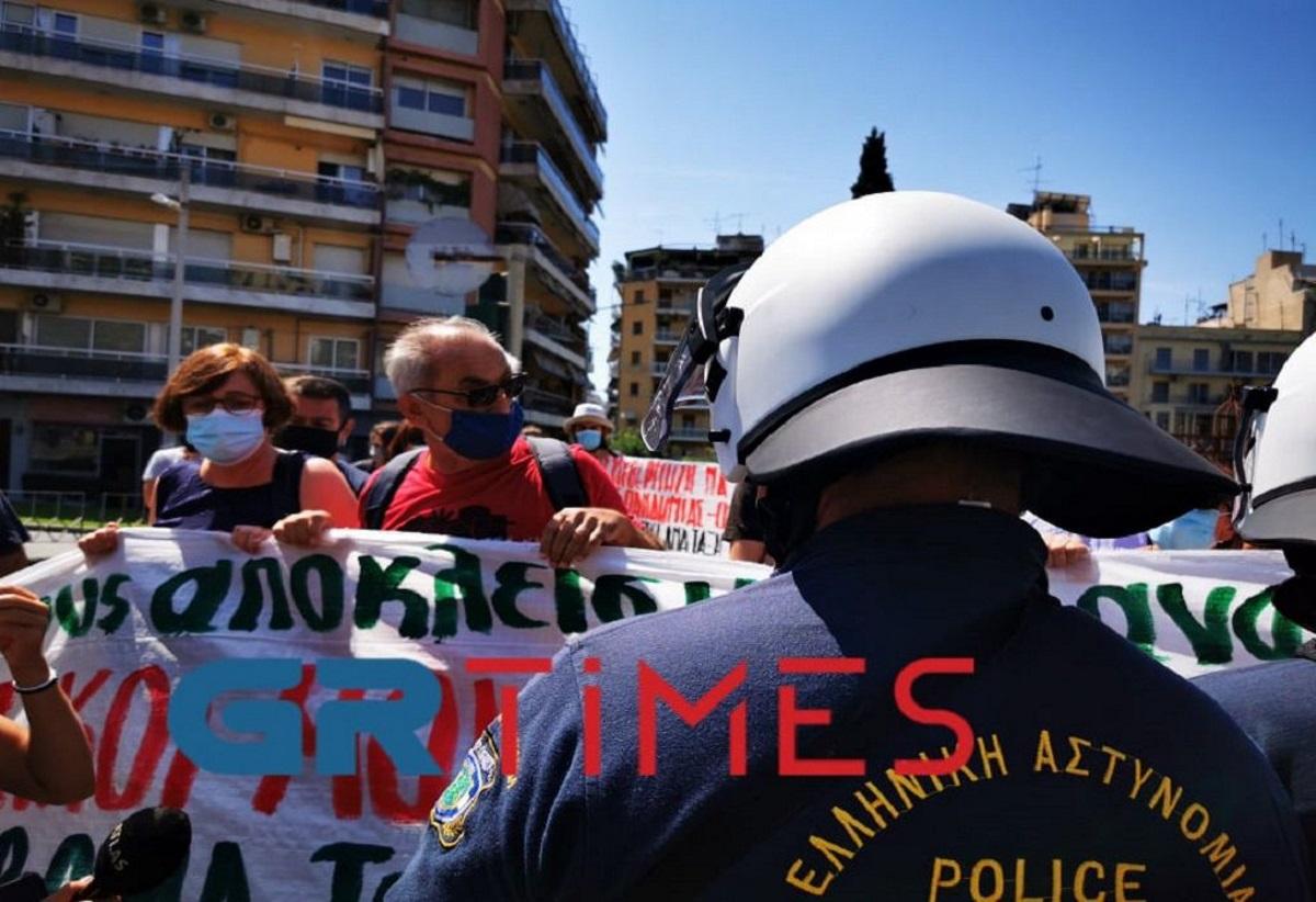 Ένταση με εκπαιδευτικούς στη Θεσσαλονίκη – Ζητούσαν να δουν τον πρωθυπουργό (video)