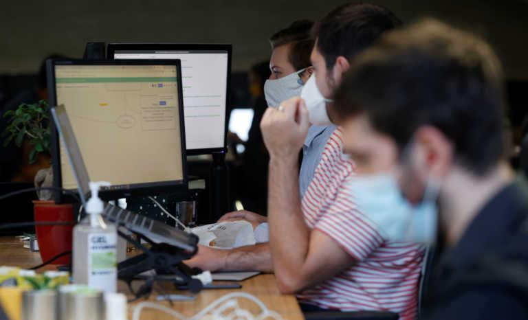 Νέο εργασιακό νομοσχέδιο: Τι αλλάζει σε αγορά εργασίας, άδειες, απεργίες – Ψηφιακή κάρτα εργασίας