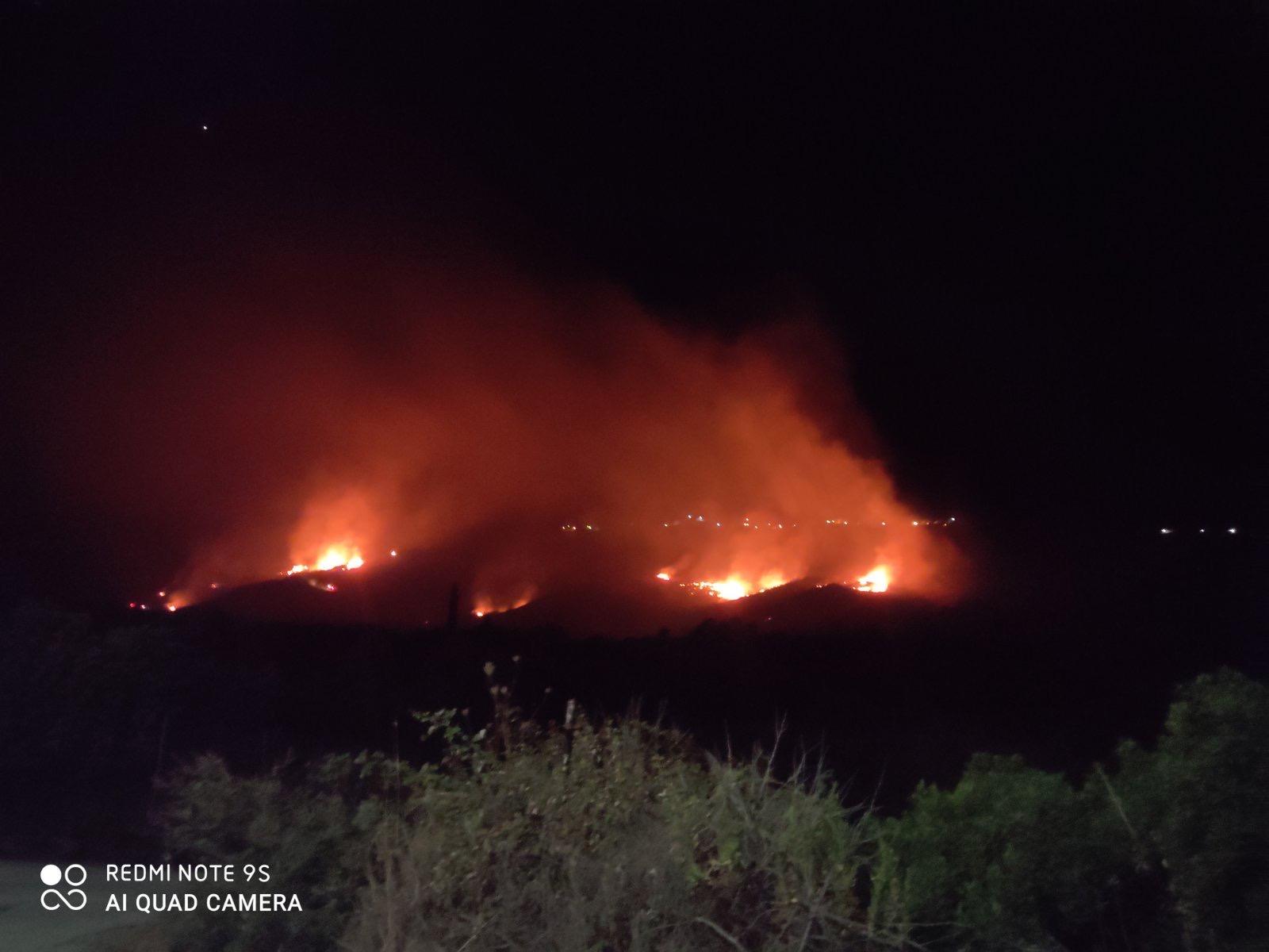 Κεφαλονιά: Μαίνεται η φωτιά στην Αννινάτα – Δύσκολη νύχτα για τους πυροσβέστες