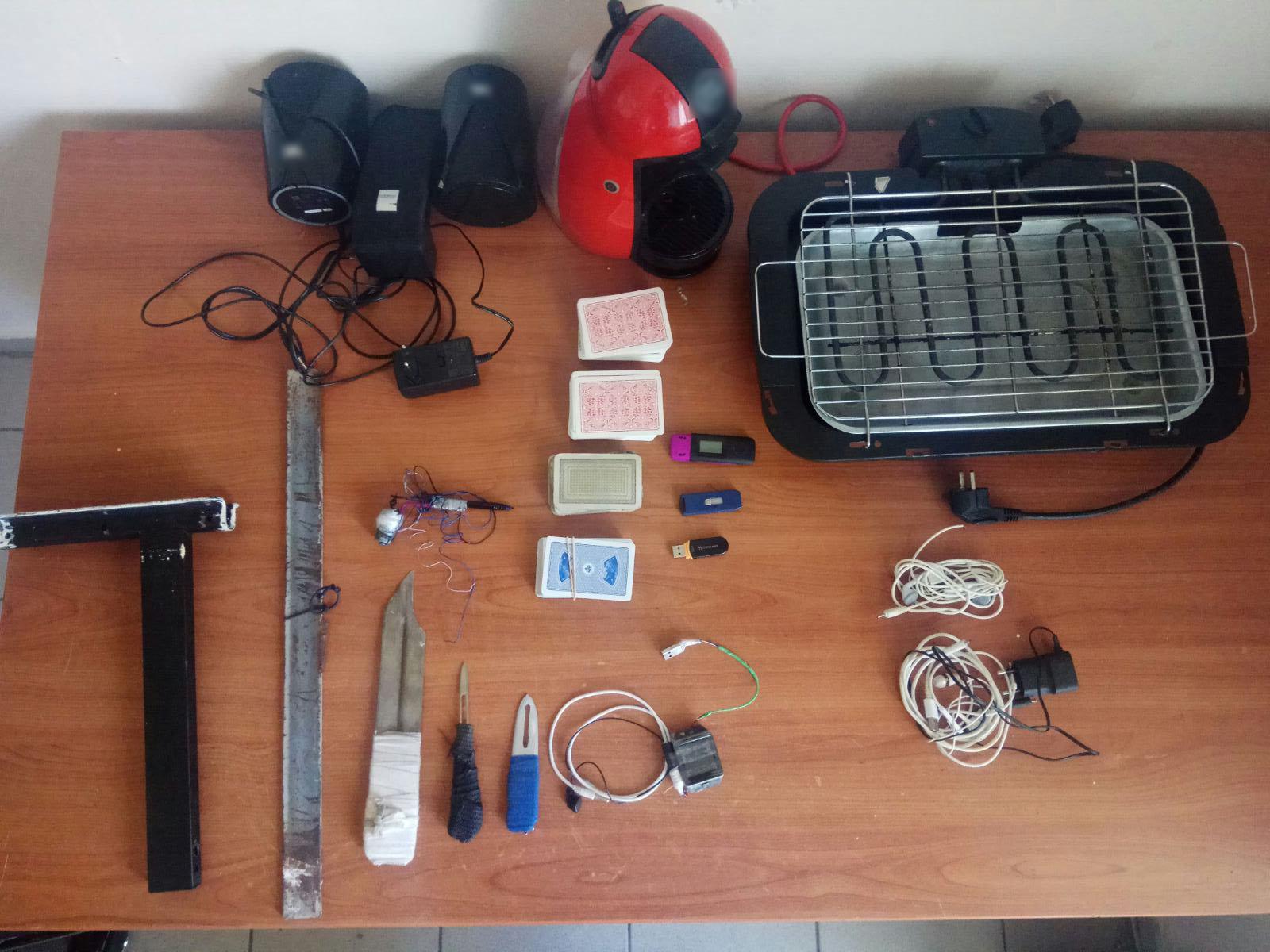 Μαχαίρια, σουβλιά, ναρκωτικά και κινητά έκρυβαν ισοβίτες και βαρυποινίτες (pics)