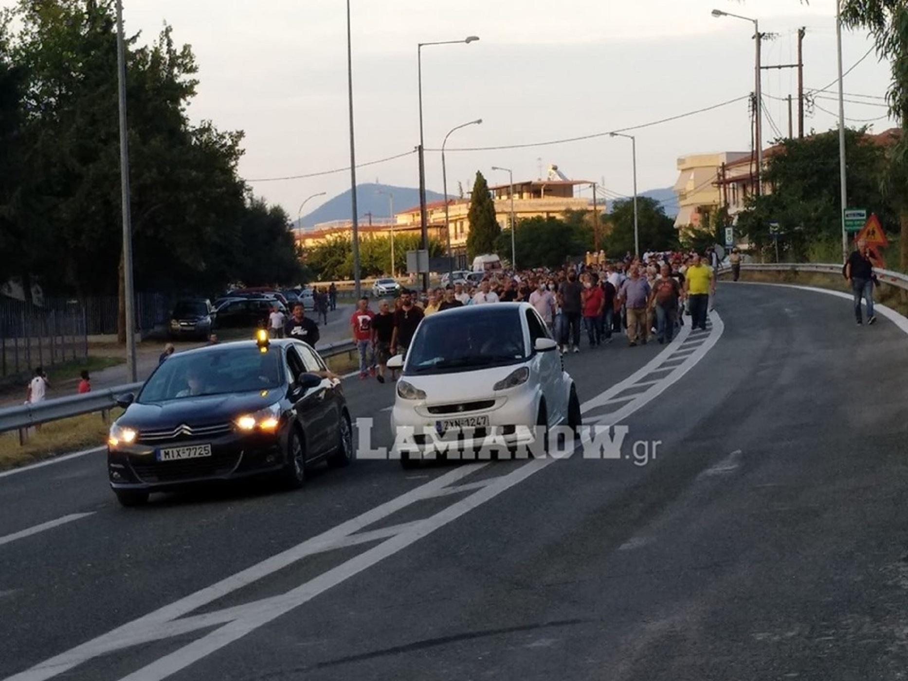 Έκλεισε η Εθνική Οδός στα Καμένα Βούρλα – Διαμαρτυρίες για τη εγκατάσταση προσφύγων (pics, video)