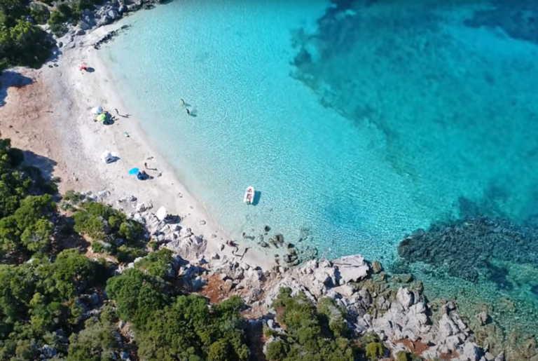 Το άγνωστο νησί με τη μία παραλία και νερά Καραϊβικής - Ήθελε να το προσαρτήσει η Αγγλία!