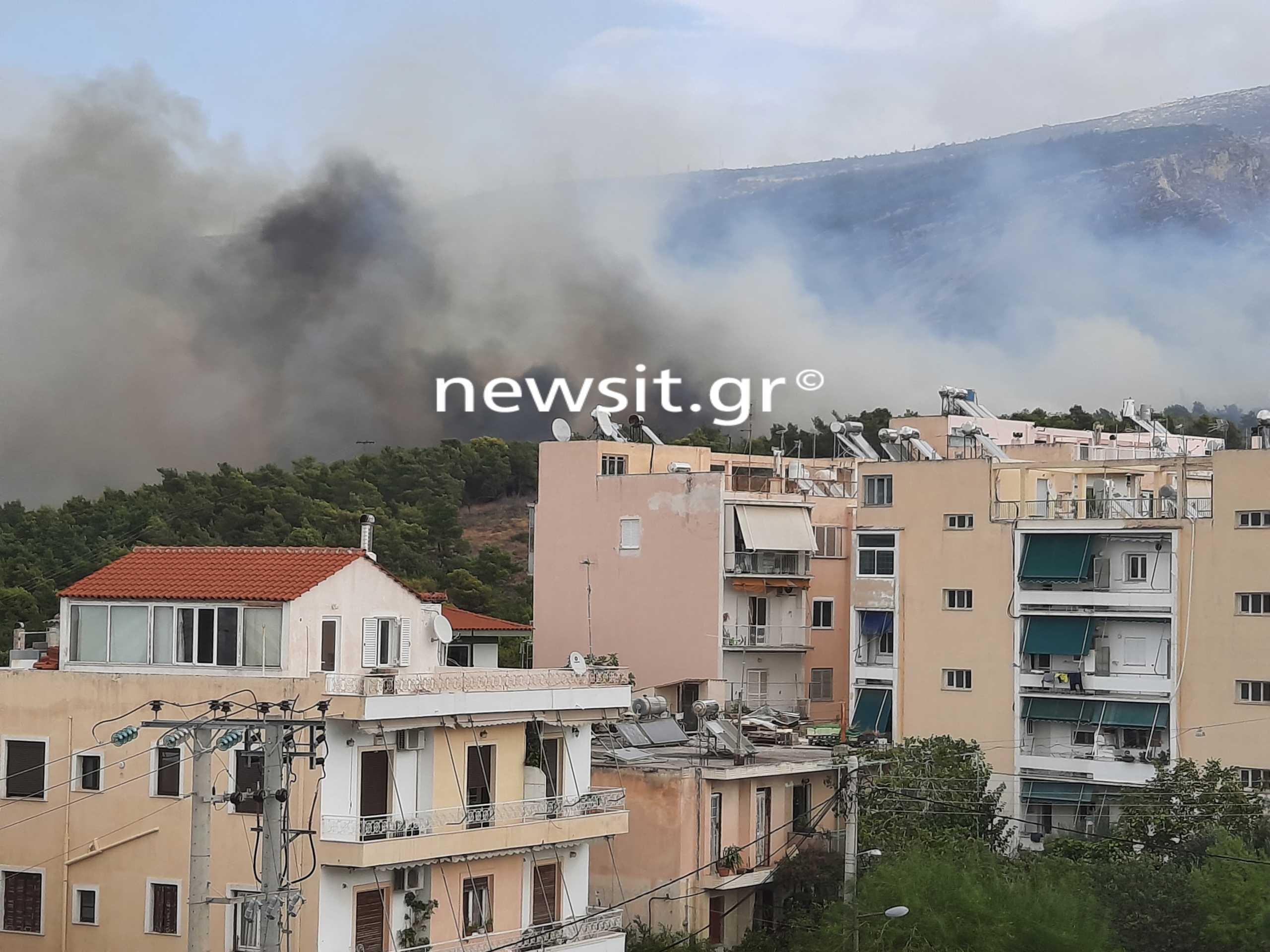 Μεγάλη φωτιά στο Βύρωνα – Πού έχει διακοπεί η κυκλοφορία