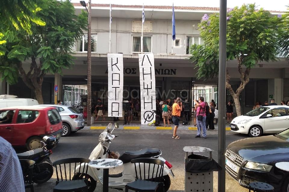 Χανιά: Υπό κατάληψη το δημαρχείο! Σήκωσαν πανό και τοποθέτησαν στην είσοδο μεγαφωνική εγκατάσταση (Φωτό)