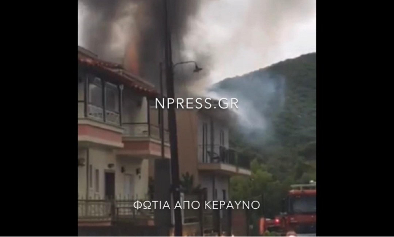 Καιρός: Σπίτι στη Ναύπακτο καίγεται από κεραυνό (video)