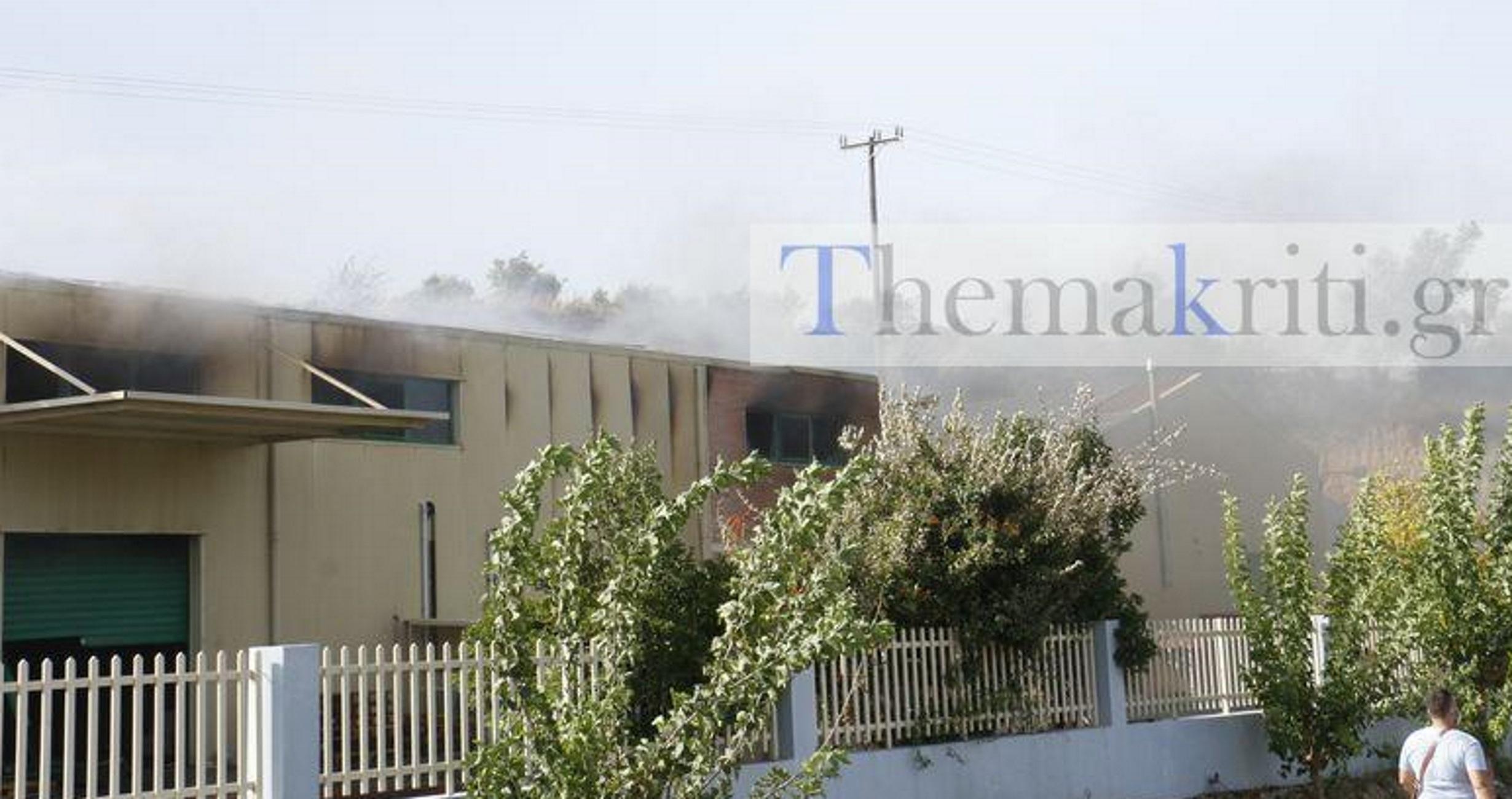 Κρήτη: Καταστροφές σε εργοστάσιο από τη μεγάλη φωτιά στον Κρούσωνα! Στο νοσοκομείο ο ιδιοκτήτης του (Βίντεο)