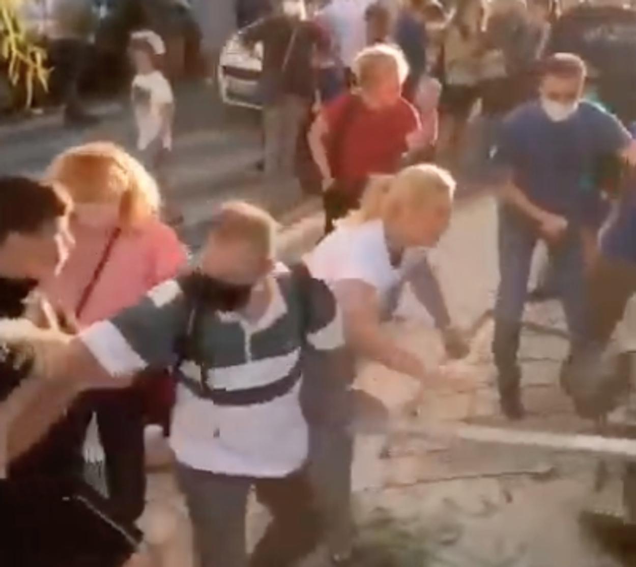 Απίστευτες εικόνες με γονείς να προσπαθούν να σπάσουν κατάληψη σε σχολείο στον Άλιμο (video)
