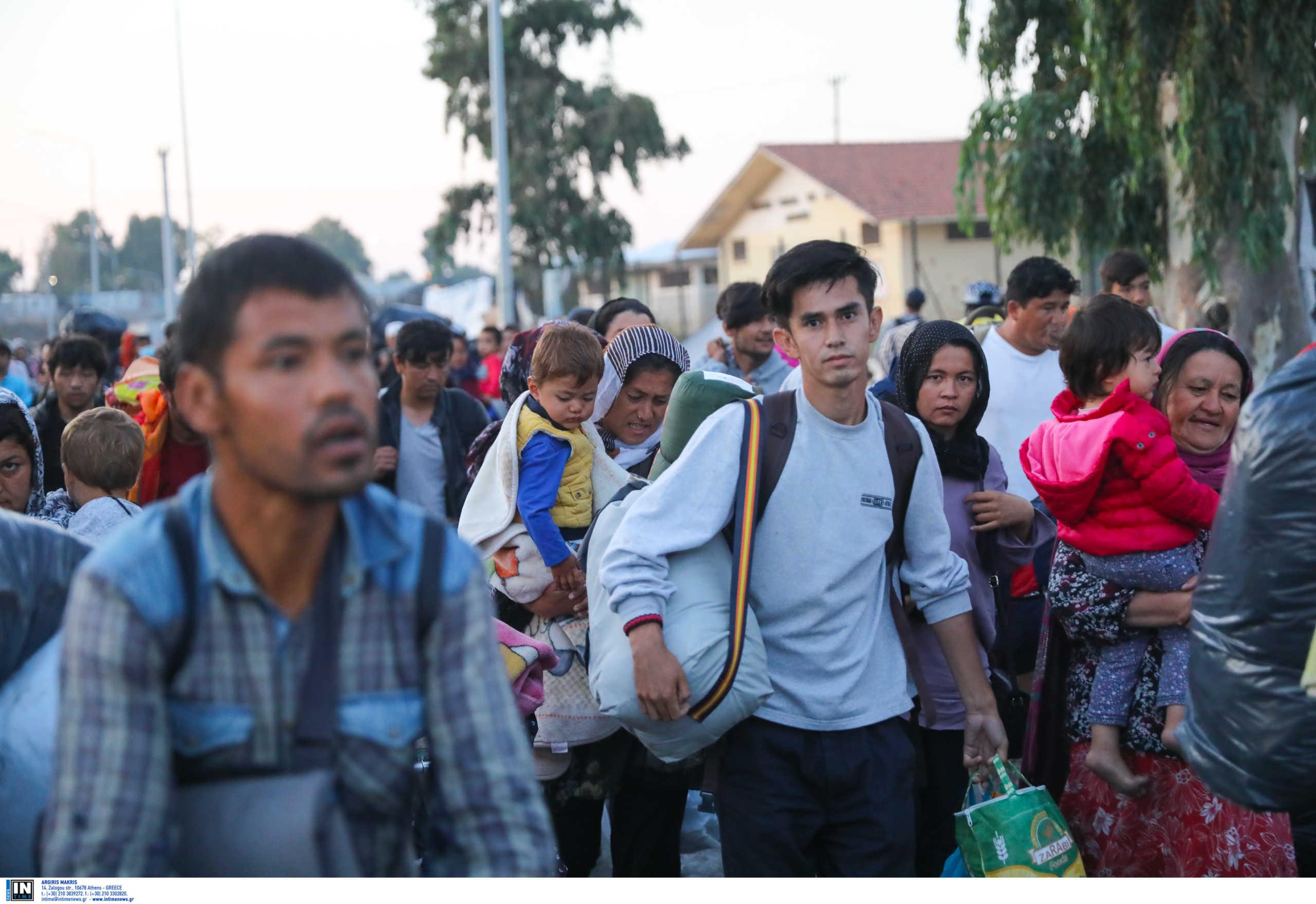 Λέσβος: Νέες εικόνες απελπισίας! Έτσι μπαίνουν στη νέα δομή του Κάρα Τεπέ χιλιάδες πρόσφυγες και μετανάστες (Φωτό)