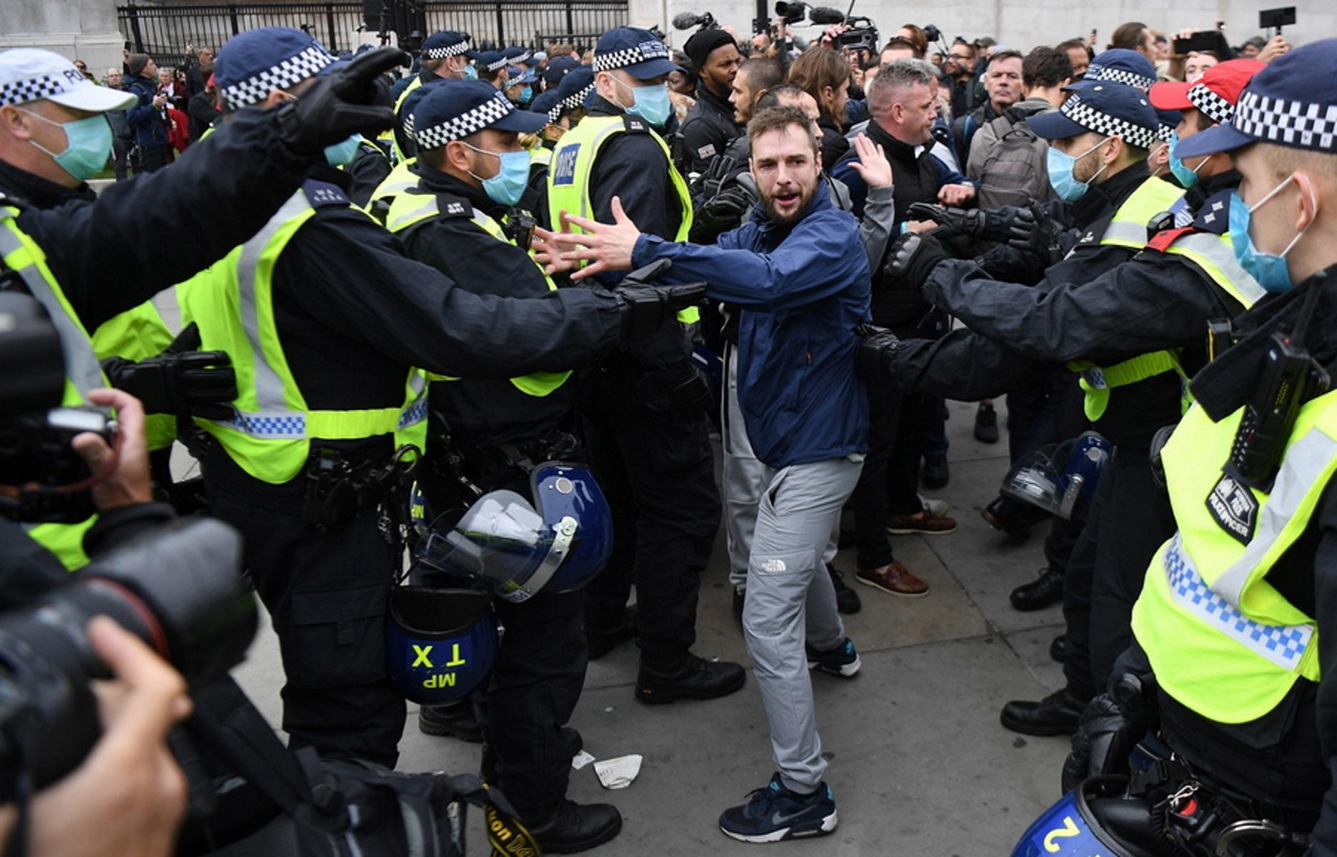 Λονδίνο: Πεδίο μάχης η πλατεία Τραφάλγκαρ για τα μέτρα κατά του κορονοϊού