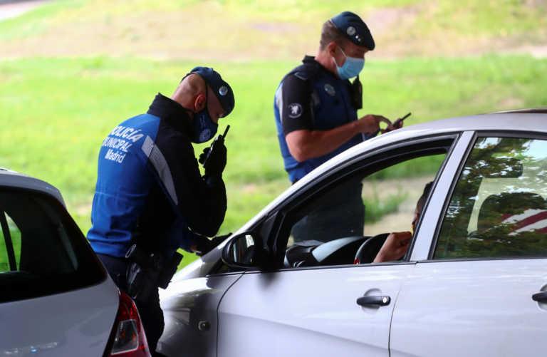 Γιατί οι αστυνομικοί αγγίζουν το αυτοκίνητο όταν το σταματούν για έλεγχο