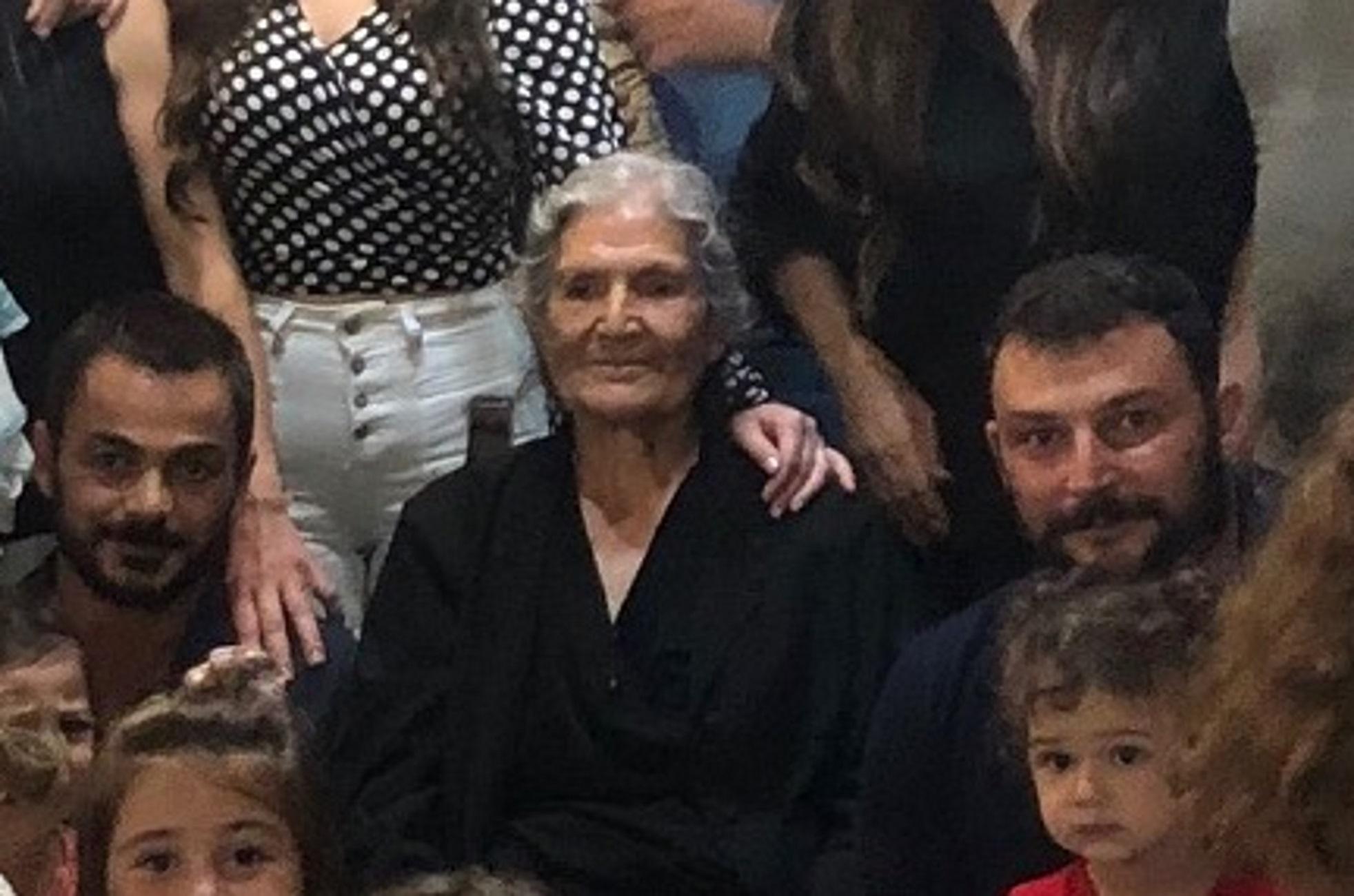 Ζωνιανά: Έκλεισε τα 81 και ζήτησε να της βγάλουν αυτή τη φωτογραφία! Θα πάθετε πλάκα όταν ανοίξει το πλάνο (Φωτό)