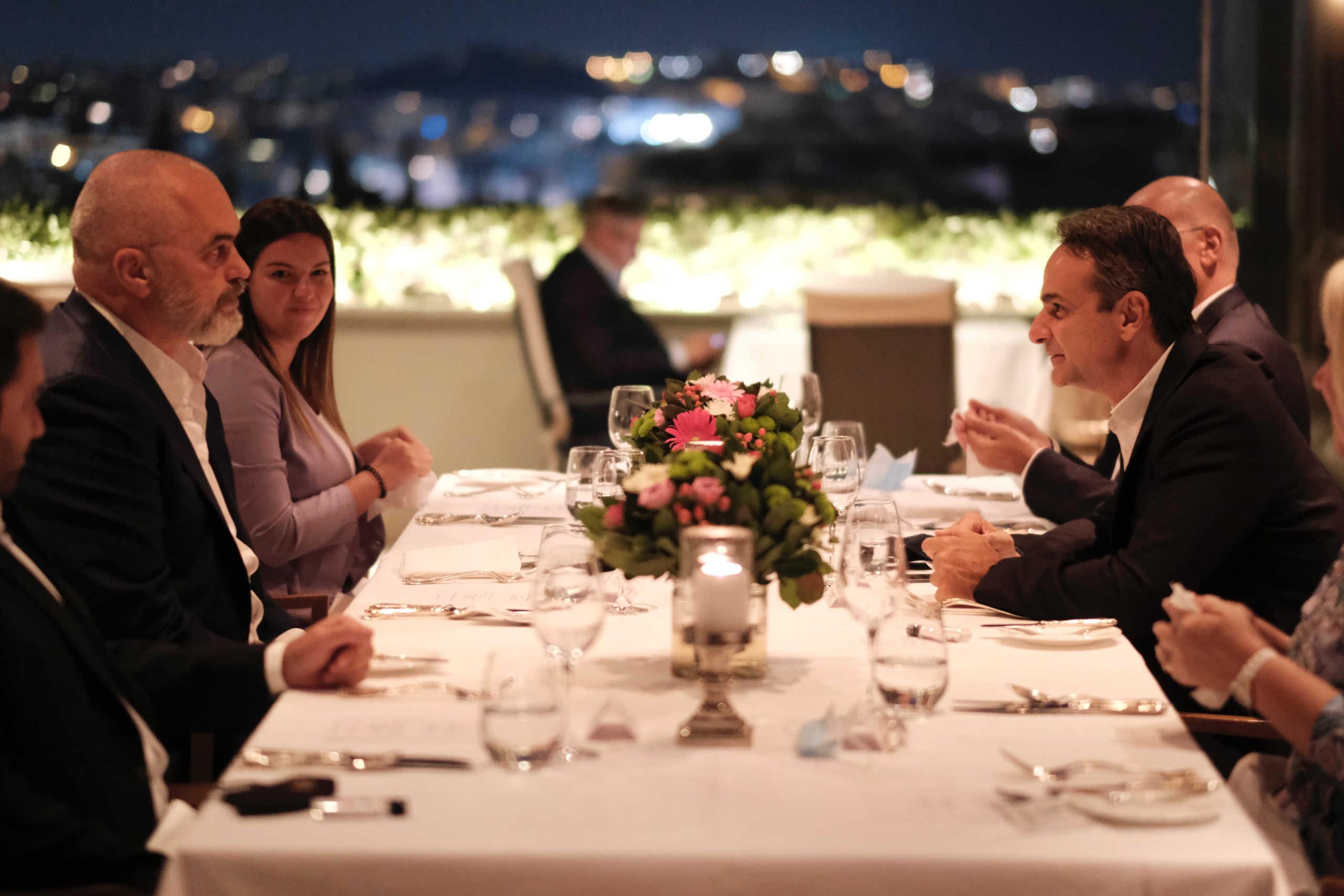 Δείπνο εργασίας Μητσοτάκη – Ράμα με θέα την Ακρόπολη (pics)