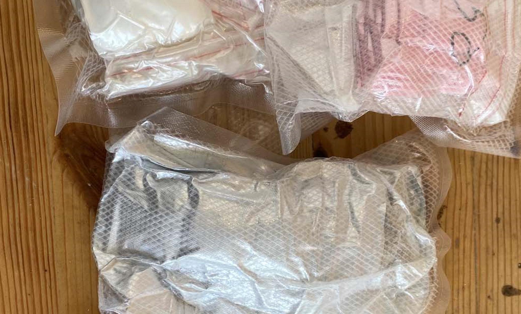 """Μύκονος: Συλλήψεις για διακίνηση ναρκωτικών – Τους """"μύρισε"""" ο σκύλος της αστυνομίας"""