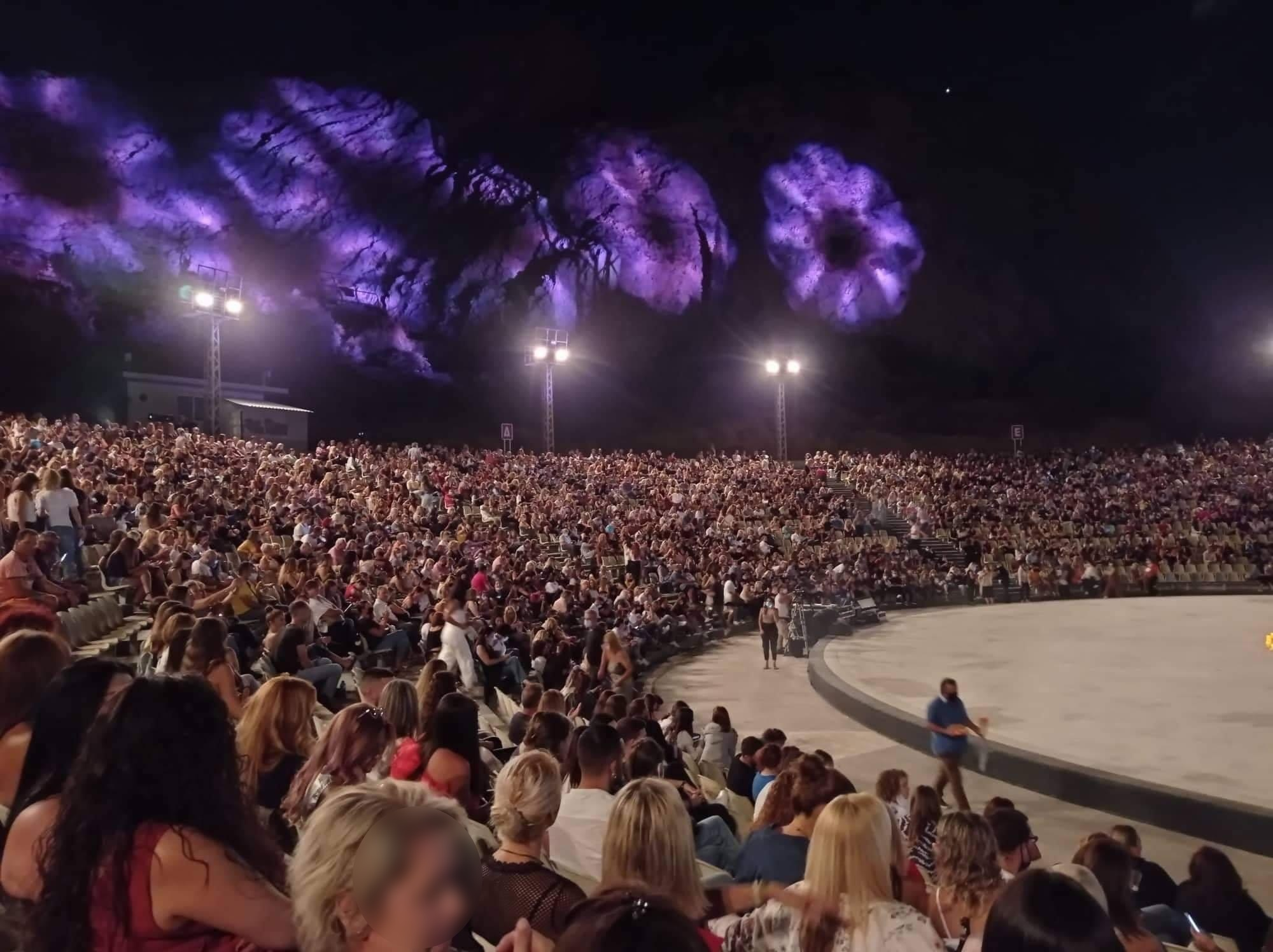 Νατάσα Θεοδωρίδου: Σάλος από τις εικόνες συνωστισμού στην συναυλία της στο Κατράκειο (pics)