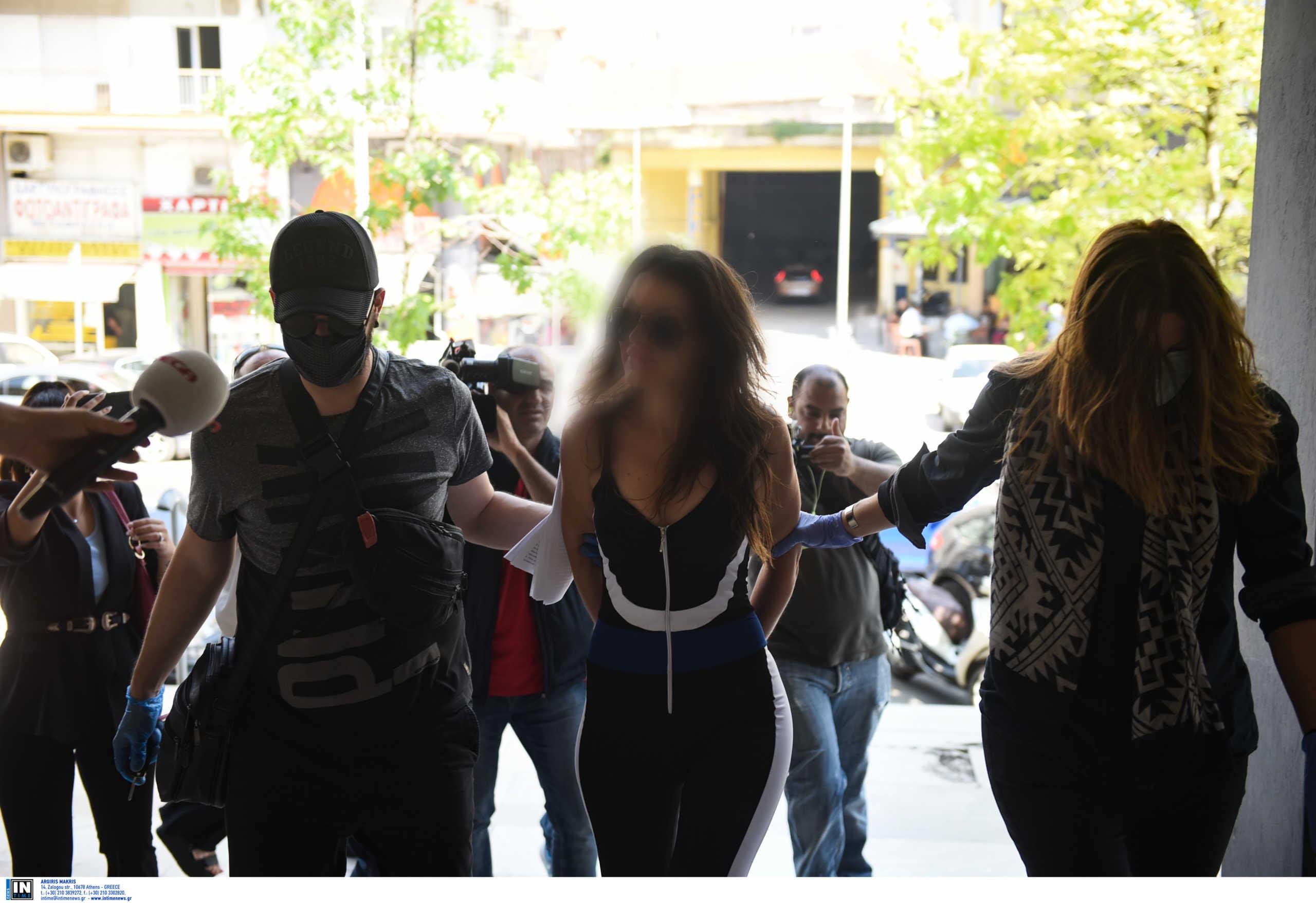 Αναβλήθηκε η δίκη της «παρουσιάστριας» που έριξε νερό στο Νίκο Χαρδαλιά