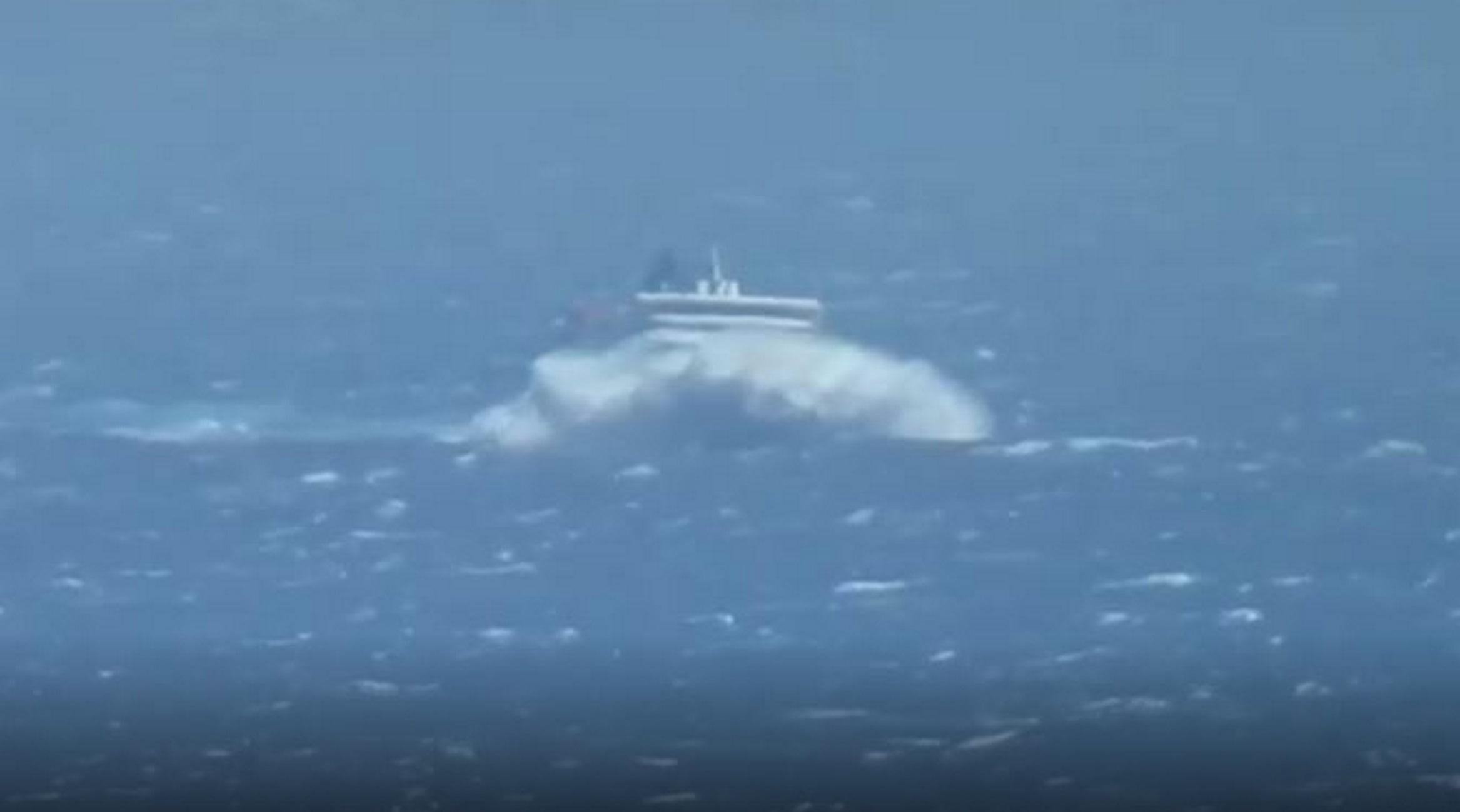 Κυκλάδες: Η στιγμή που το Superferry χάνεται από τον ορίζοντα! Τεράστια κύματα σκεπάζουν το πλοίο
