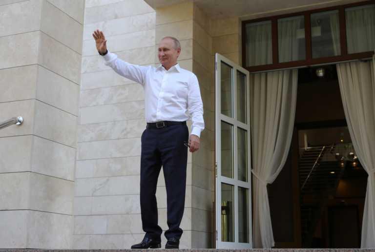 Φεύγει με… βόμβες για Πούτιν και Κίνα ο αρχηγός των βρετανικών μυστικών υπηρεσιών!
