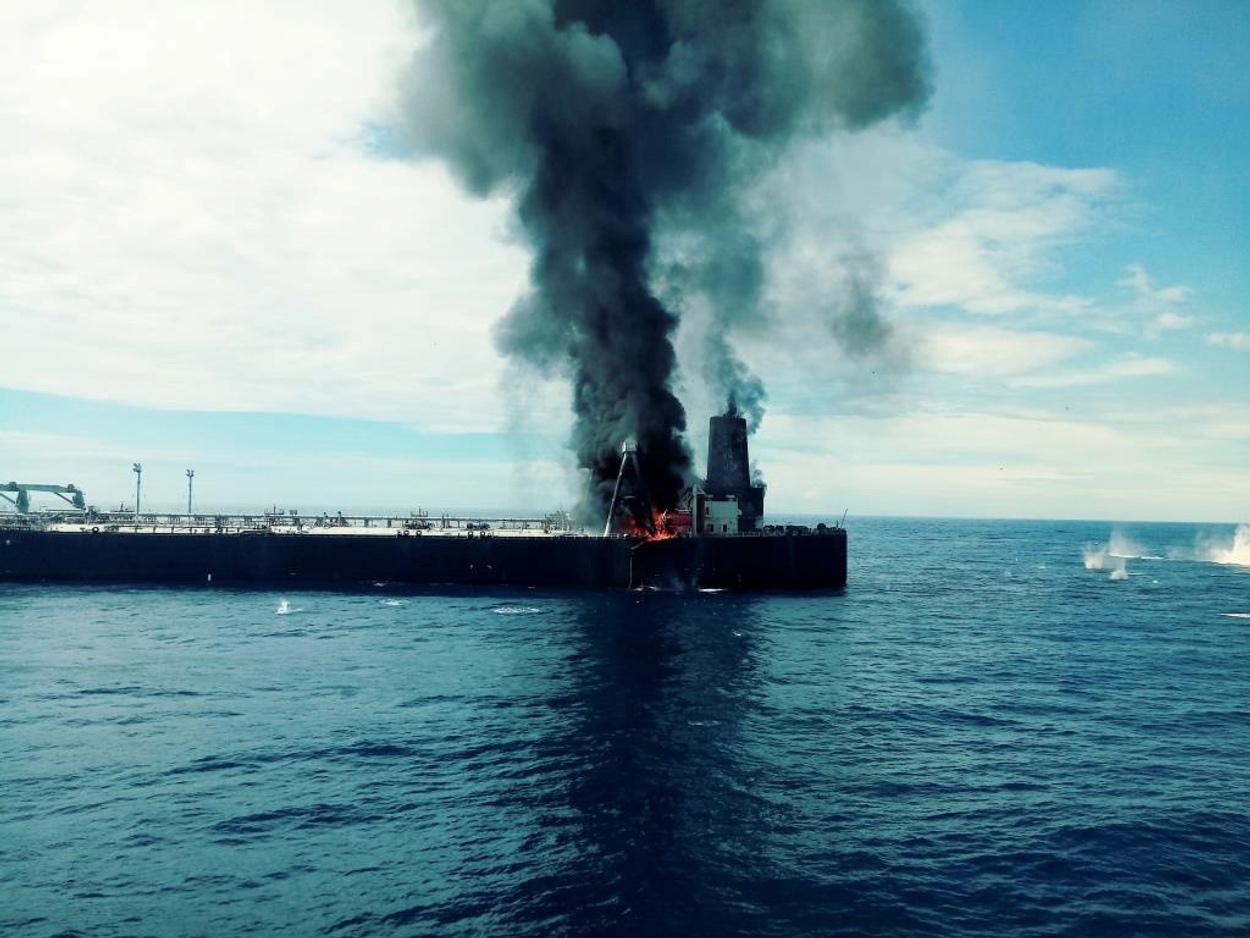 Στις φλόγες supertanker στα ανοικτά της Σρι Λάνκα – Σώοι 5 Έλληνες ναυτικοί