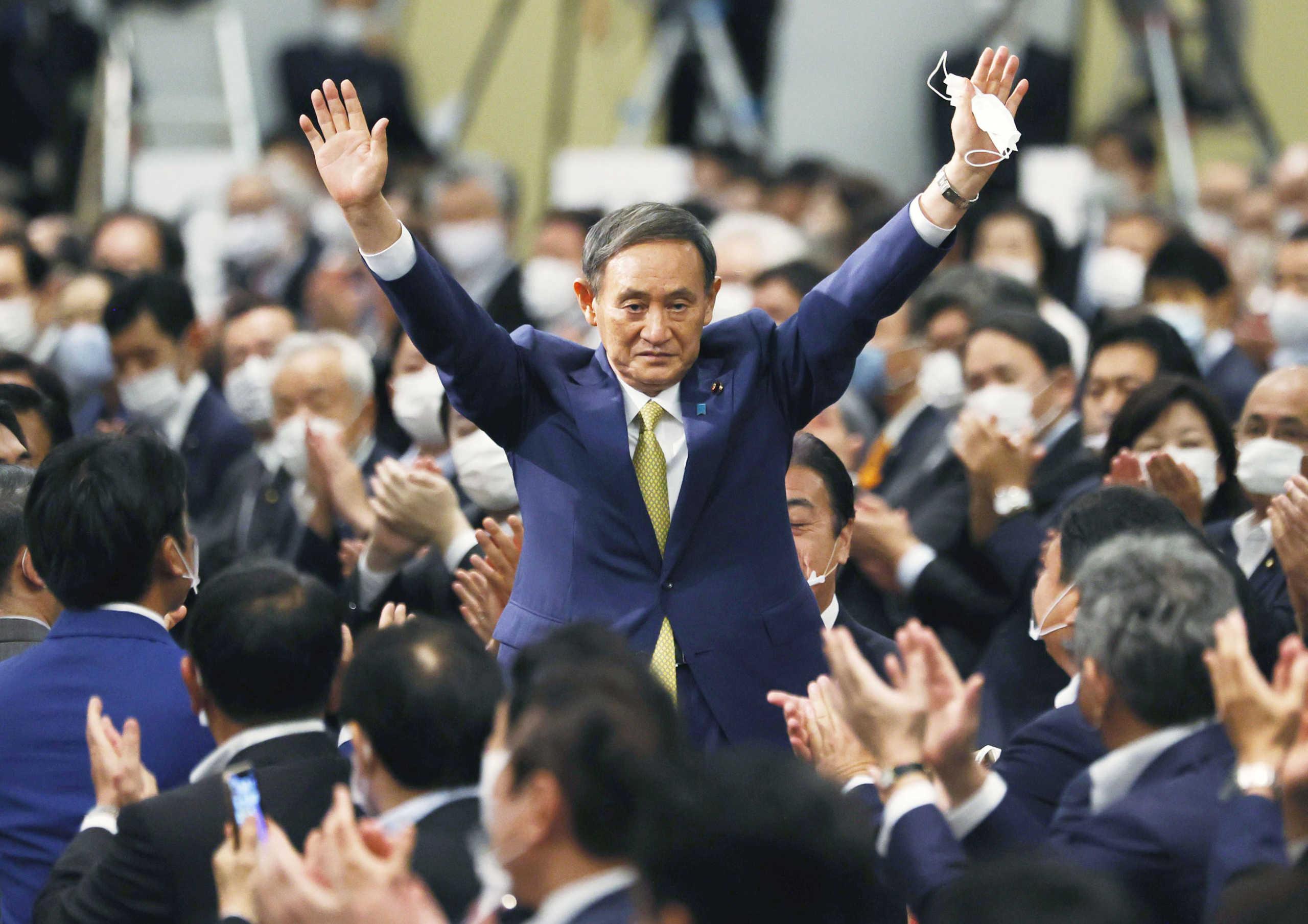 Γιοσιχίντε Σούγκα: Γιος φραουλοπαραγωγού και κάτοχος μαύρης ζώνης ο νέος πρωθυπουργός της Ιαπωνίας