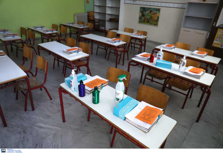 Πάτρα: Αστυνομικοί σε δημοτικά σχολεία για τον συνωστισμό γονέων – Συνεχείς περιπολίες και συστάσεις