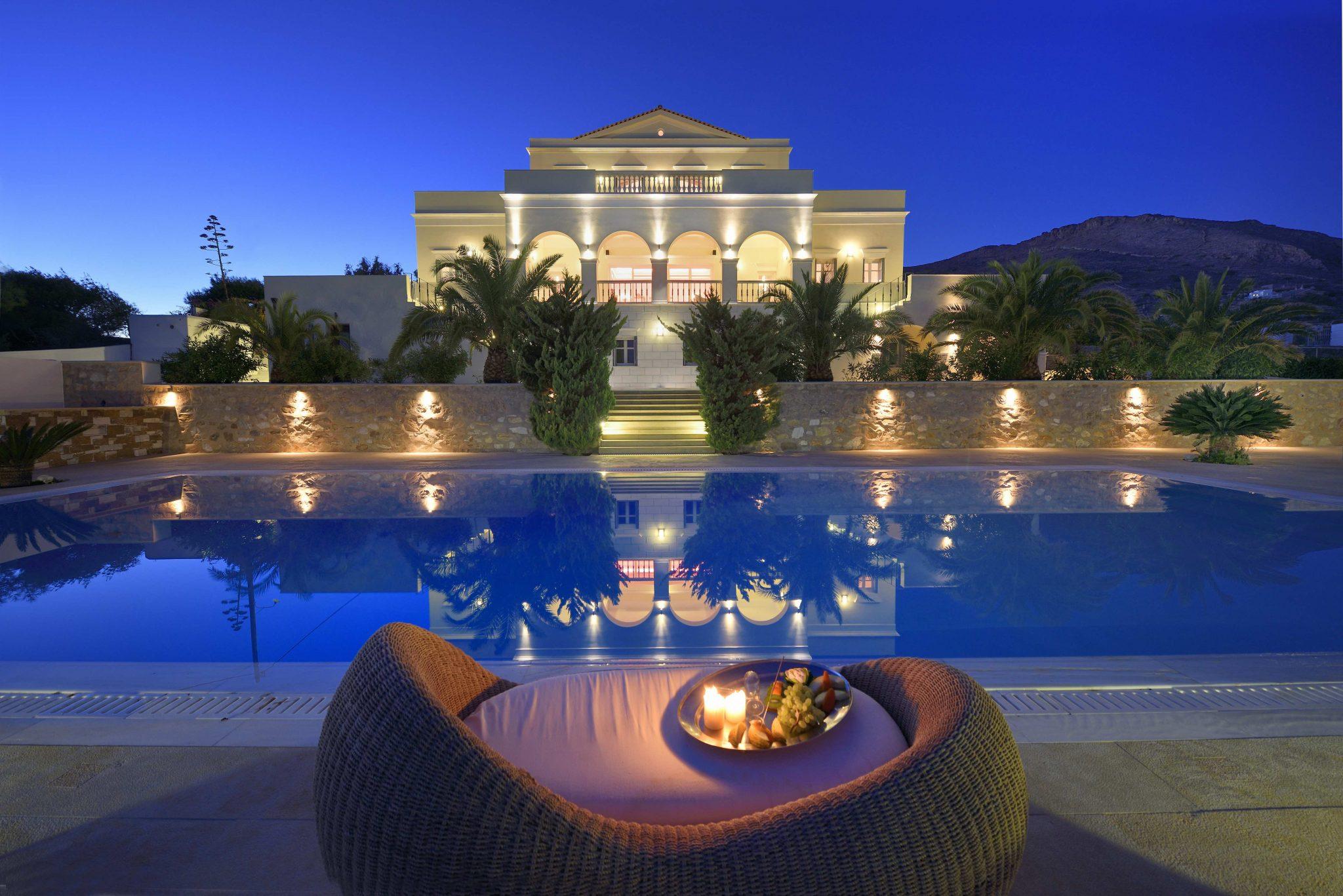 Σύρος: Ένα παλάτι προς πώληση! Μπείτε στη βίλα όνειρο και δείτε τη μεγάλη απόφαση της οικογένειας (Φωτό)
