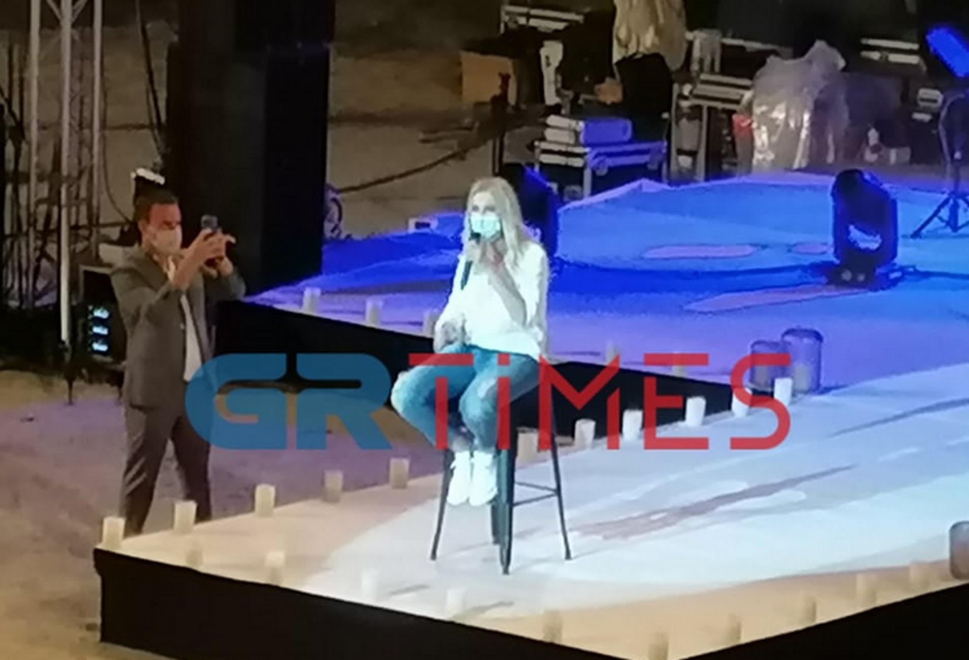 Θεσσαλονίκη: Εξέπληξε τους πάντες η Νατάσα Θεοδωρίδου! Η συναυλία, οι αποστάσεις και οι συστάσεις (Βίντεο)
