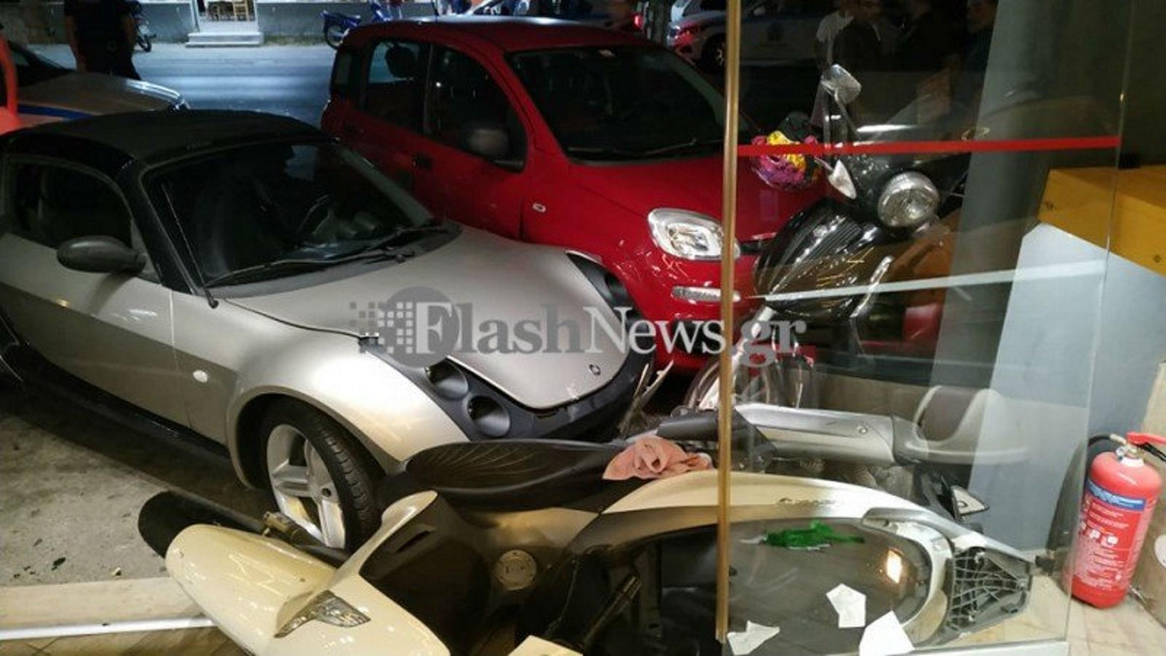 Χανιά: Έτρωγαν και έβλεπαν το ασημί αυτοκίνητο να έρχεται σκόπιμα κατά πάνω τους! Πανικός στο κατάστημα (Φωτό)