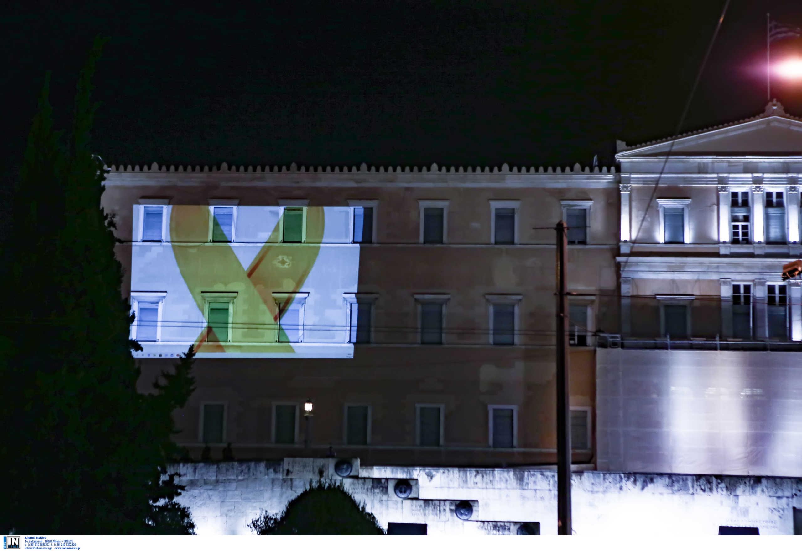 Βουλή: Φωταγωγήθηκε με την «Χρυσή Κορδέλα» το σύμβολο κατά του καρκίνου στα παιδιά