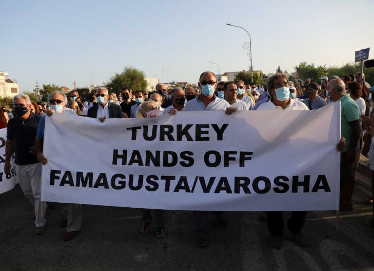 """Ελληνοκύπριοι στο οδόφραγμα της Δερύνειας: """"Τούρκοι, φύγετε από την Αμμόχωστο"""""""