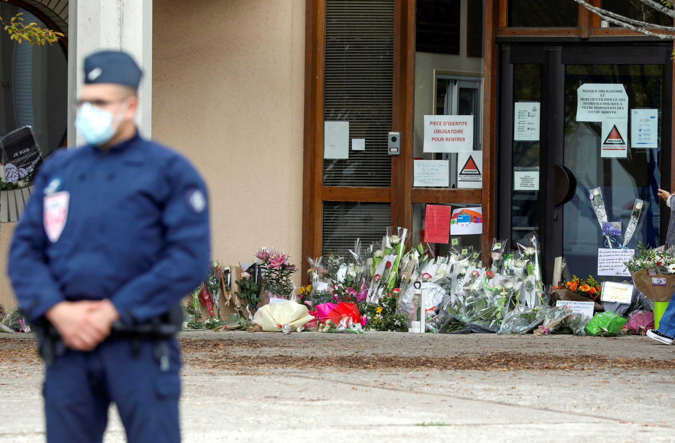 ΥΠΕΞ για τον αποκεφαλισμό του καθηγητή από τζιχαντιστή στο Παρίσι: Συμπαραστεκόμαστε στο λαό της Γαλλίας